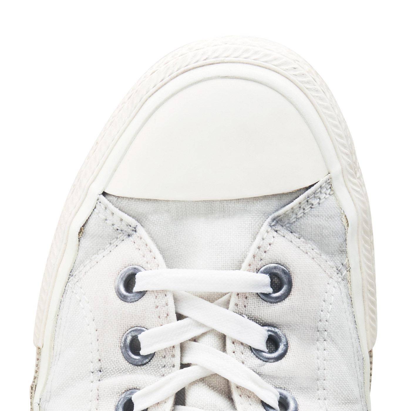 STEP 3 水でしっかりとすすぎます。蛍光増白剤不使用ながら汚れが落ちて靴本来の色に!