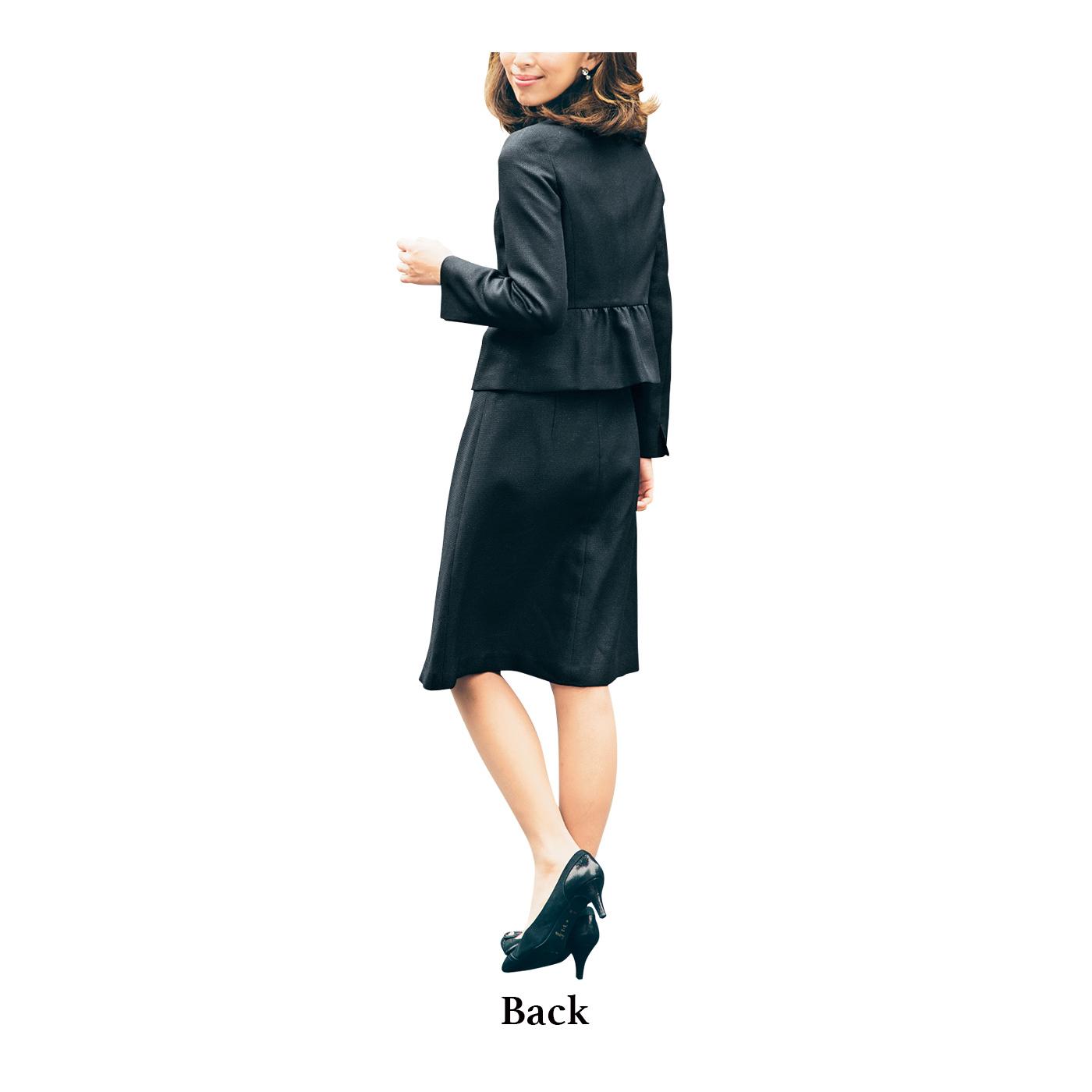 コンパクト&すっきりAラインの女性らしいシルエットで、後ろ姿も印象的に。
