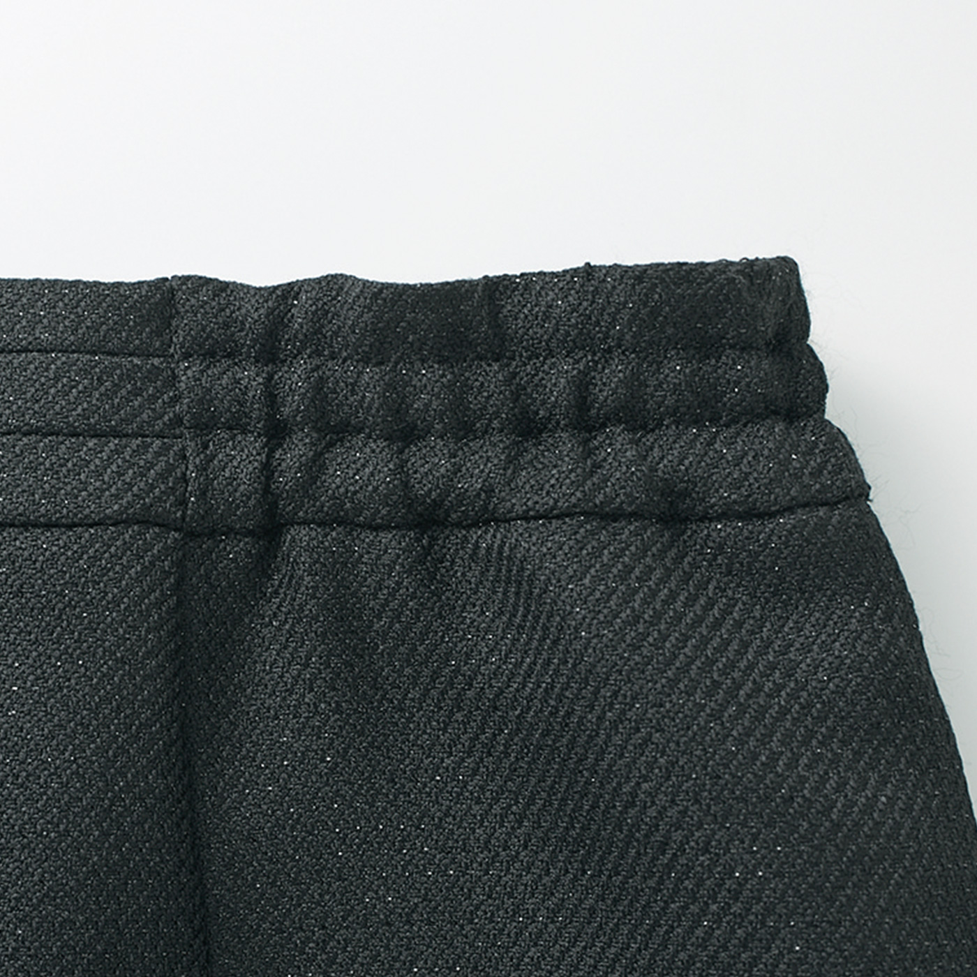 スカートは後ろ両わきがウエストゴムで、立ったり座ったりの多い長時間の式もらくちん。