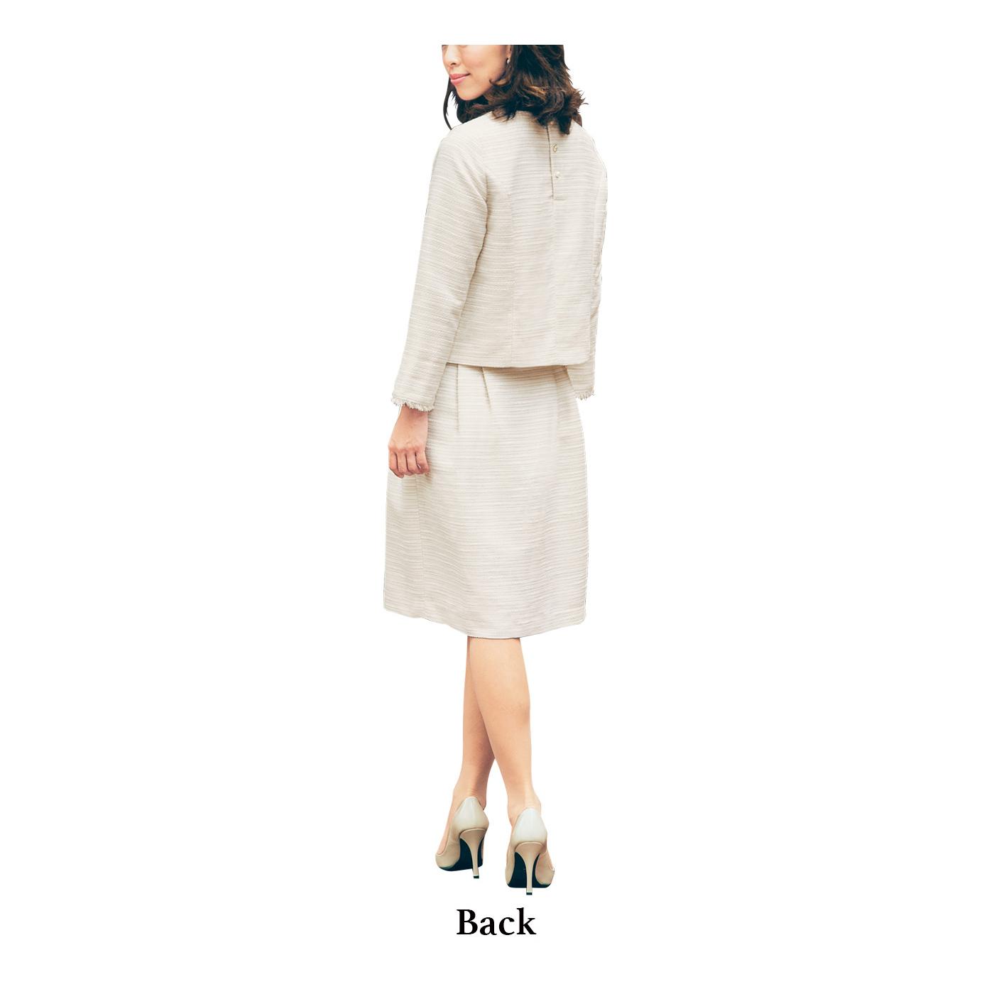 コンパクトなプルオーバーとふんわりスカートのバランスが、トレンドを意識しつつ好感度UP。上品ベージュで明るいママを印象づけて。