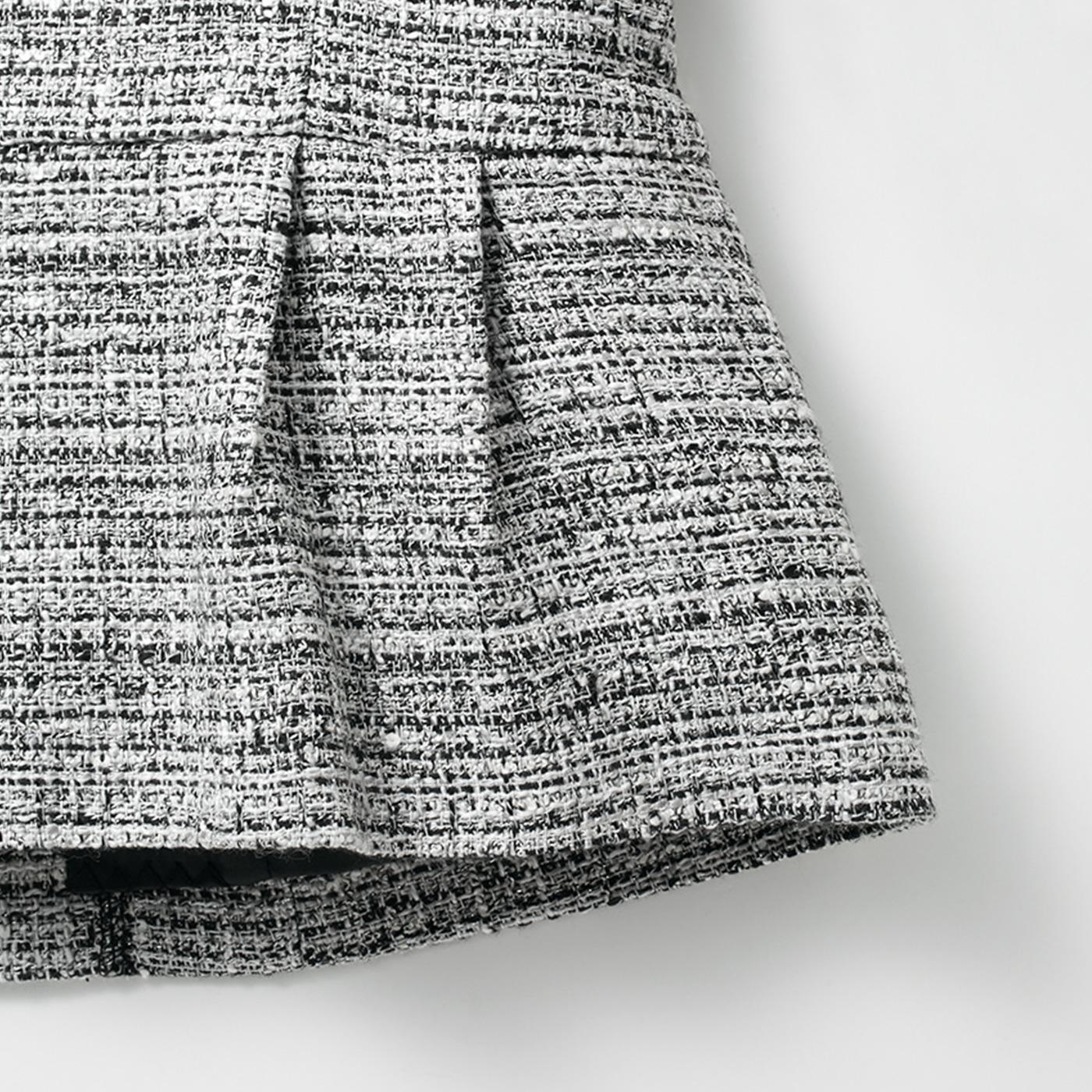 ジャケットのバックスタイルは、すそのペプラム切り替えで腰まわりをふんわり体形カバー&すっきり見せ。