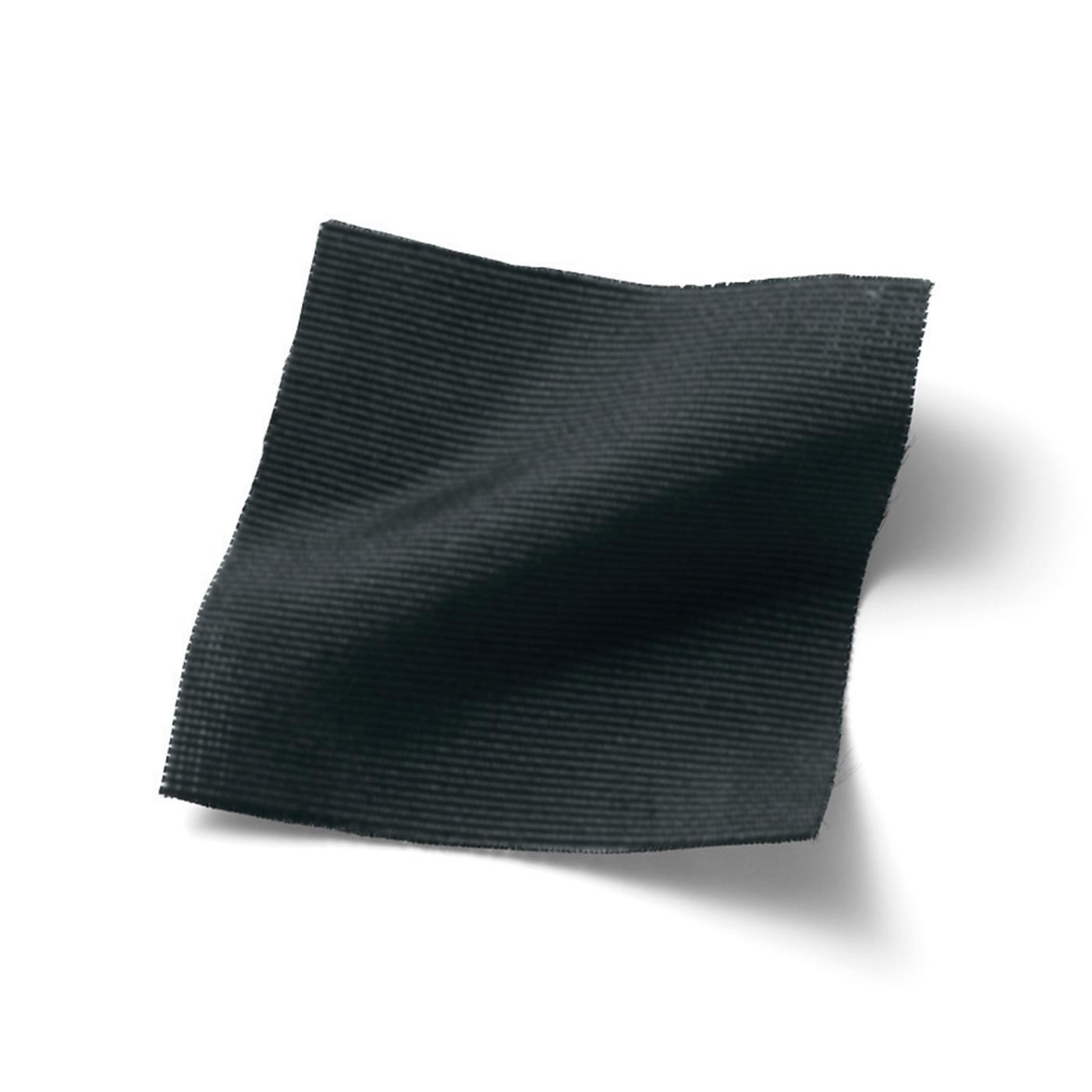 クラシックなシルエットを凛(りん)と引き立てる張りのあるグログラン素材。