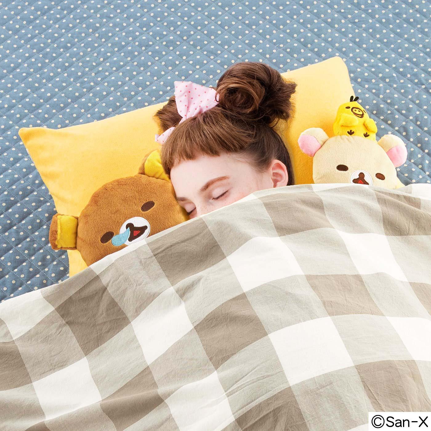 リラックマたちに、はさまれて眠るしあわせ♪