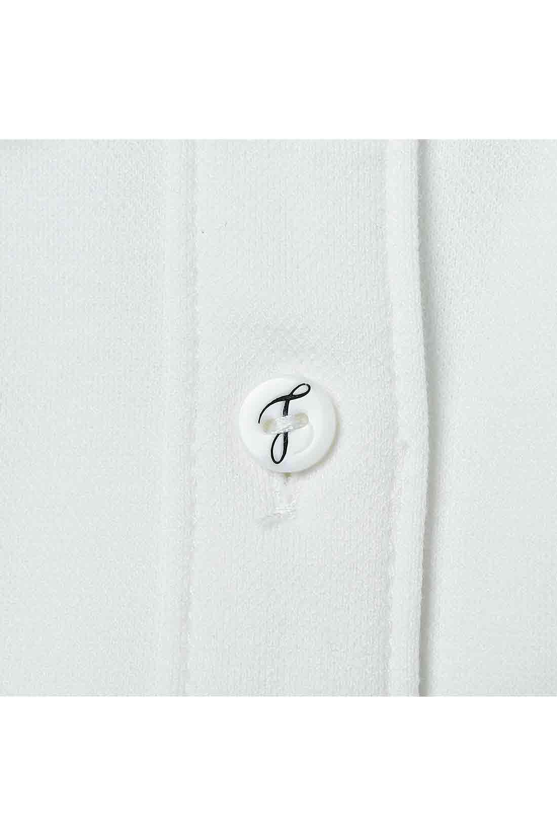 オリジナルボタン 着こなしのポイントになるロゴ入りのボタン。第二ボタンまで開けて着ることを前提にした女らしいデザインなので、ボタンホールの間隔まで絶妙に計算されています。