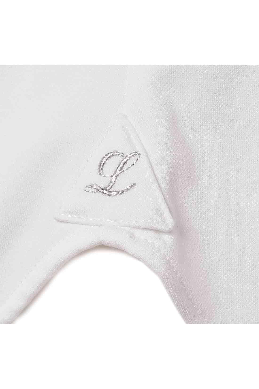 すその左サイドにオリジナル刺しゅう 本格仕様のシャツに見られる三角パッチ(ガゼット)に、ブランドイニシャルの刺しゅうを添えてさりげないポイントに。