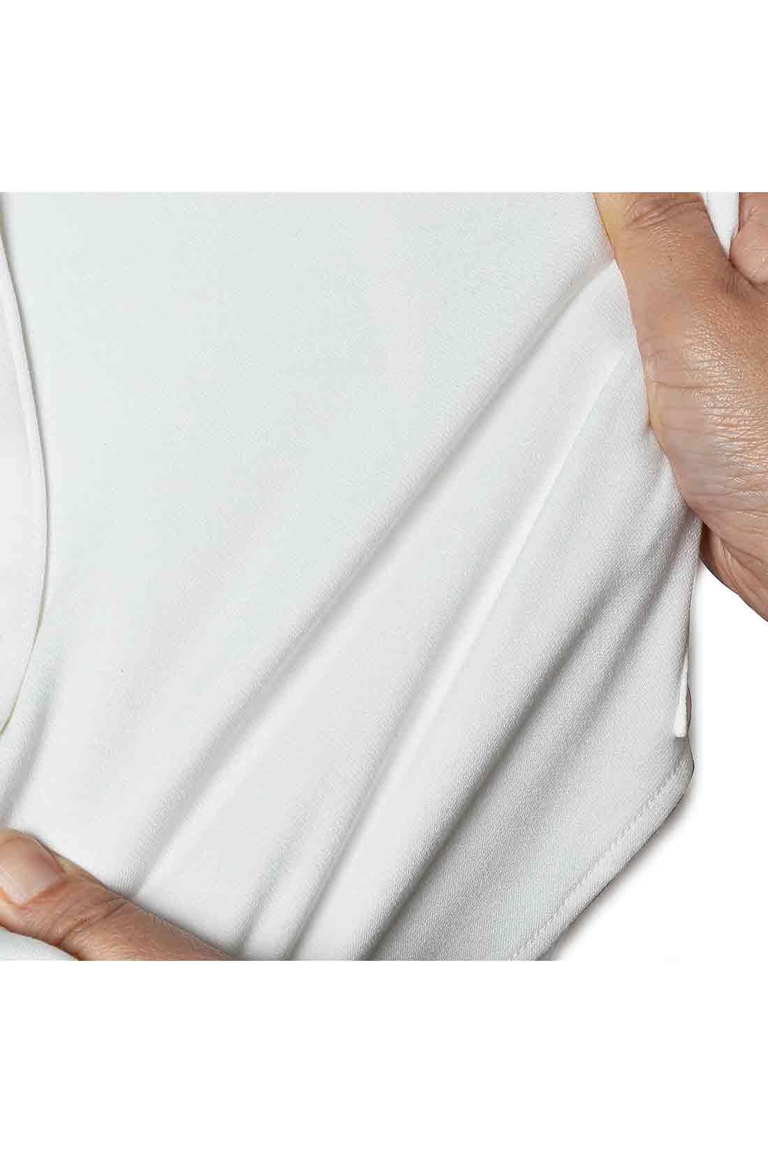 伸びやかストレッチ 実はカットソー素材だから適度なストレッチ性でコンパクトなシルエットながらストレスの少ない着心地。