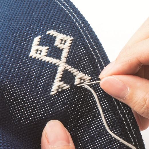こぎん刺し専用の布と糸、そして針もセット。図案にそって左右に往復するこぎん刺しは、初心者さんにも手軽に楽しめる東北の伝統工芸です。