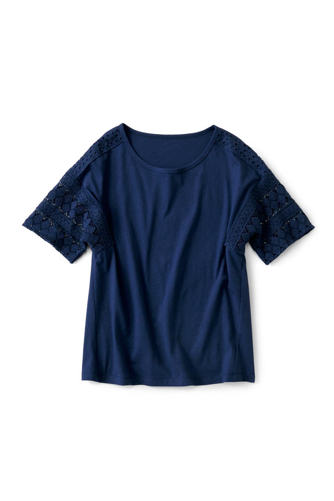 ほどよいきちんと感の【ネイビー】 肩はTシャツ生地の上にレースを重ねているので、肌が見えすぎず上品な印象。 ほどよく肩落ちのデザインだから腕が透けすぎず安心です。