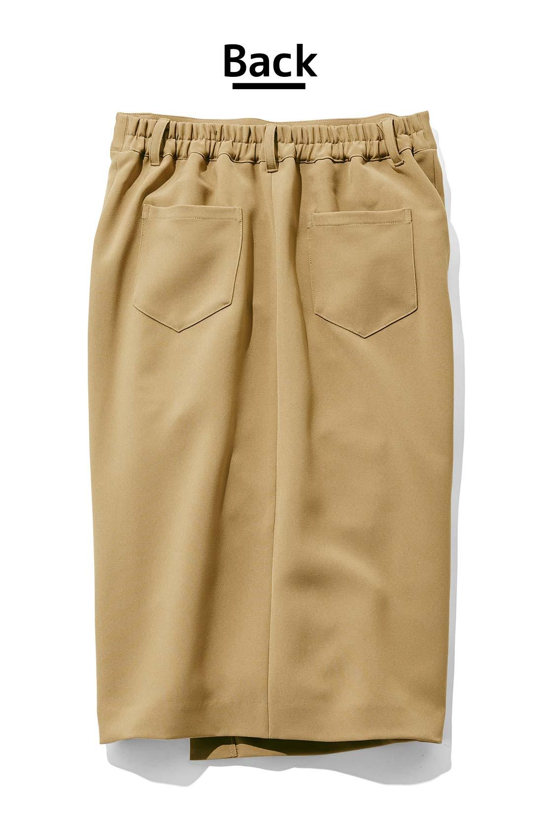 ふたつのポケットが、後ろ姿にメリハリ感を出しながら、ヒップラインを自然にカバー。 ※お届けするカラーとは異なります。