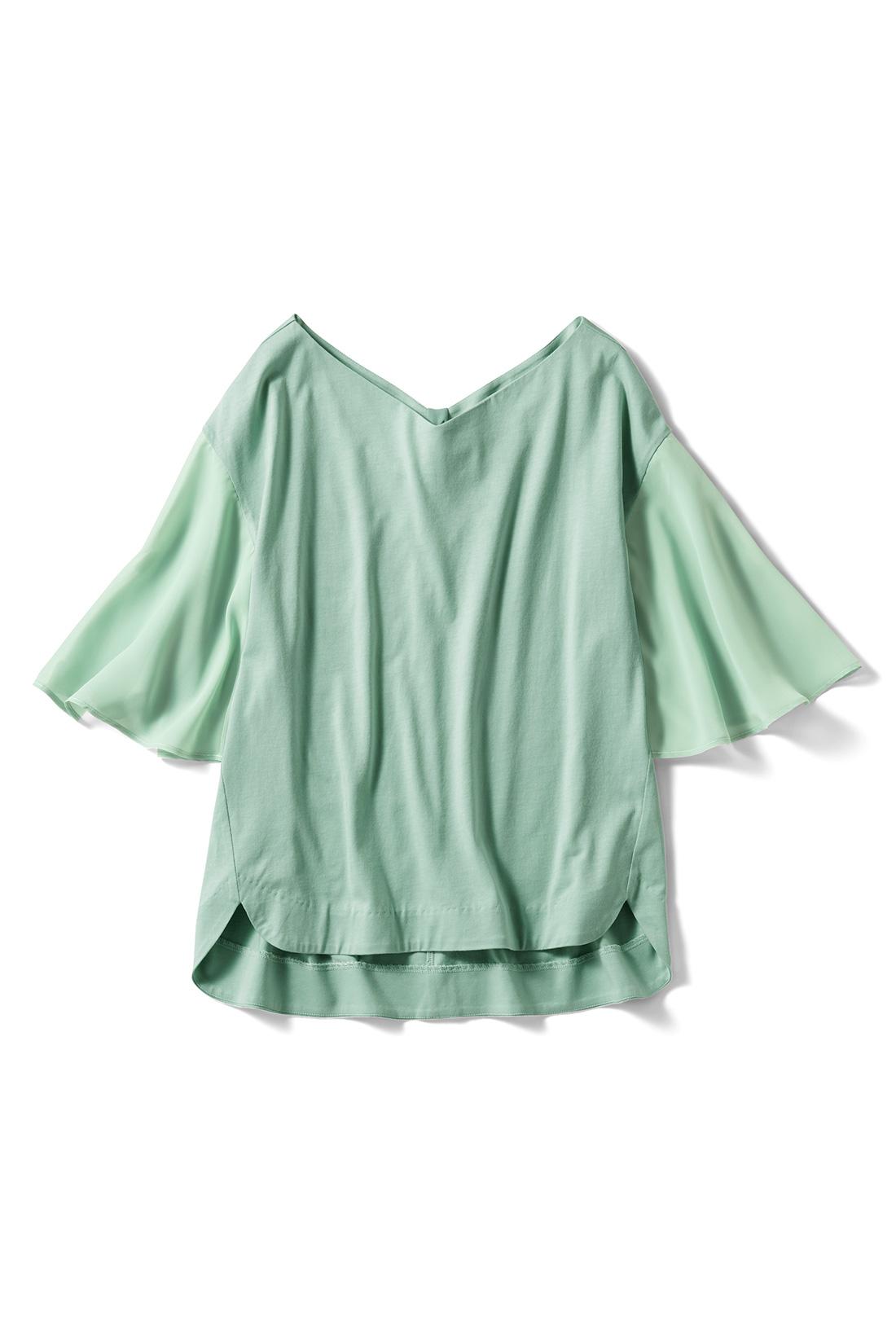 旬カラーの〈ライトグリーン〉 わきを少し前へ寄せた細見えパターン。ゆるりとした袖とあいまって、全身を華奢見せ。