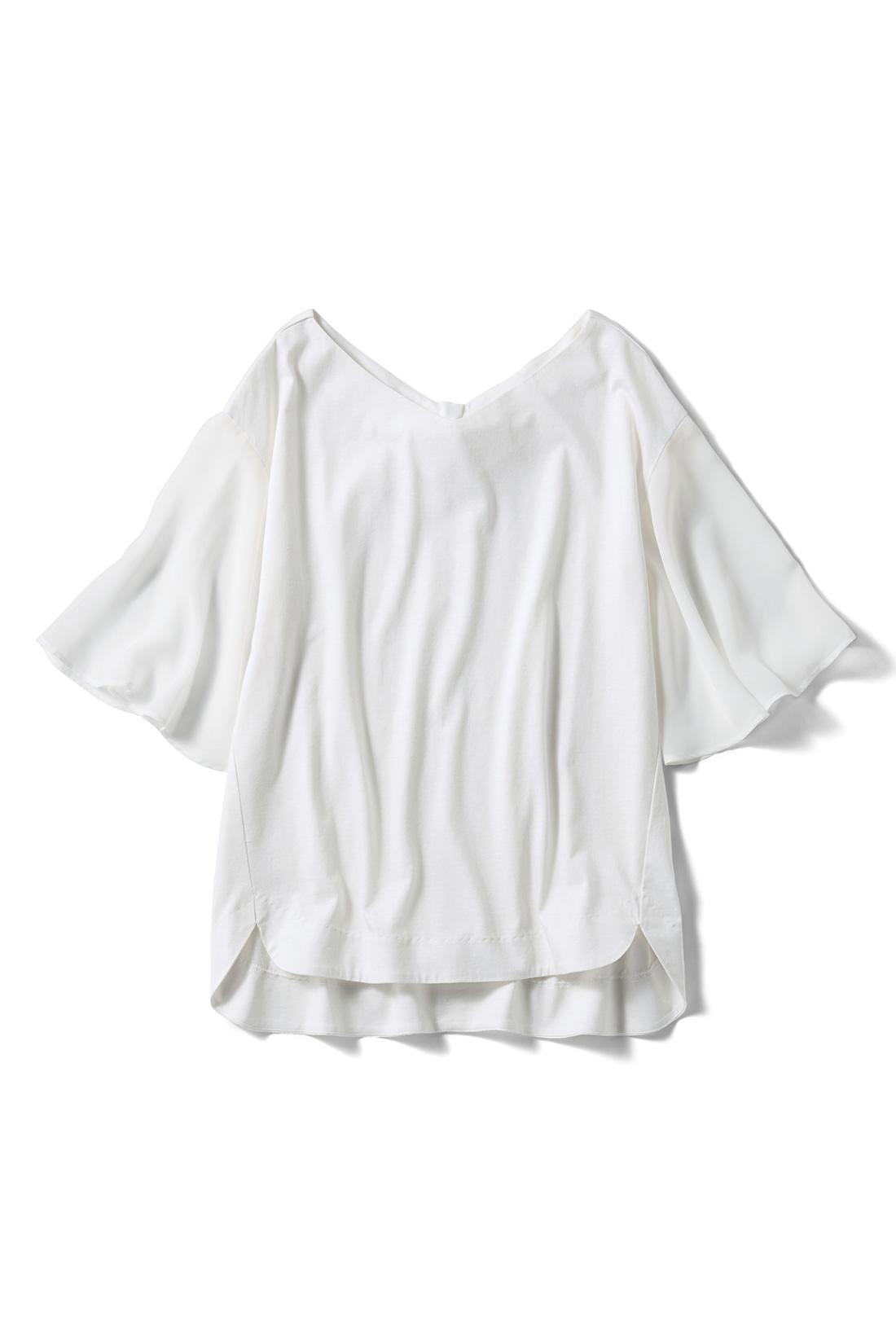着まわし力の〈ホワイト〉 わきを少し前へ寄せた細見えパターン。ゆるりとした袖とあいまって、全身を華奢見せ。
