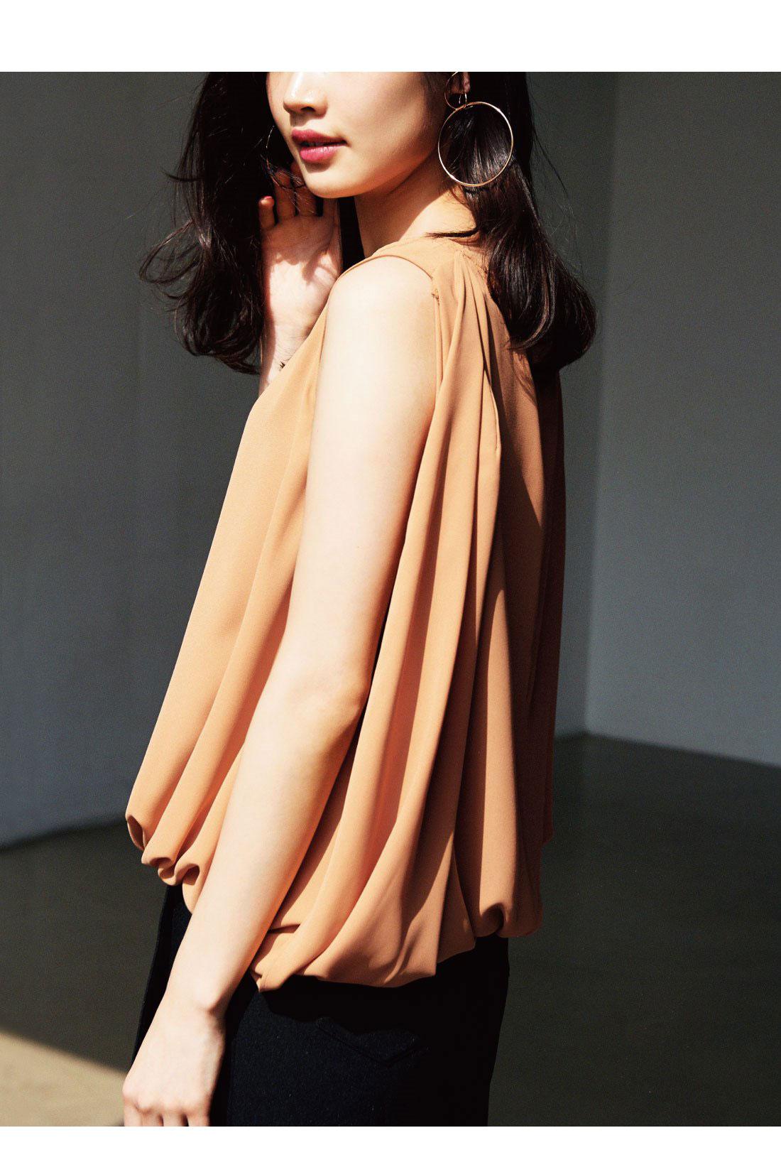すらりと腕がのぞく女っぽいブラウスは、優美なシルエットを生かして、シンプルなボトムスと合わせるのがおすすめ。きれいめスカートはもちろん、デニムで大人カジュアルに着こなすのも素敵です。