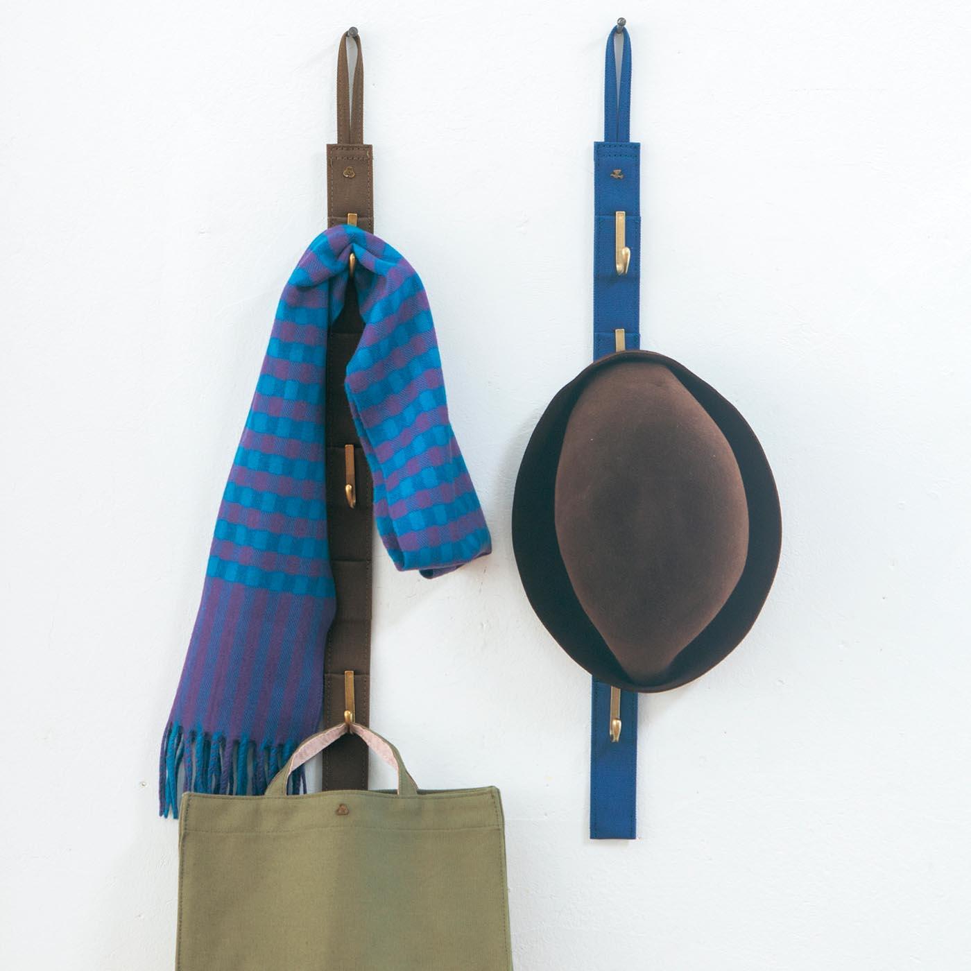 壁のフックに取り付けてスペースを有効活用。お出かけの必需品や、来客時のちょい掛けに。