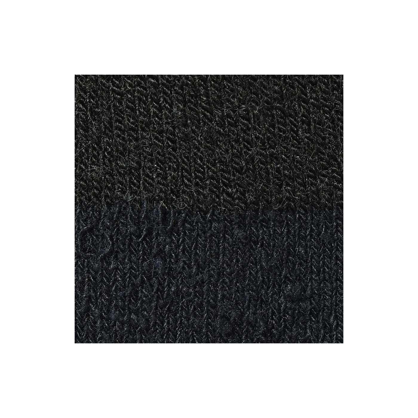 シルクはふんわりとした紬糸(ちゅうし)を使用。外側に出る繊維の筋がナチュラルな風合い。