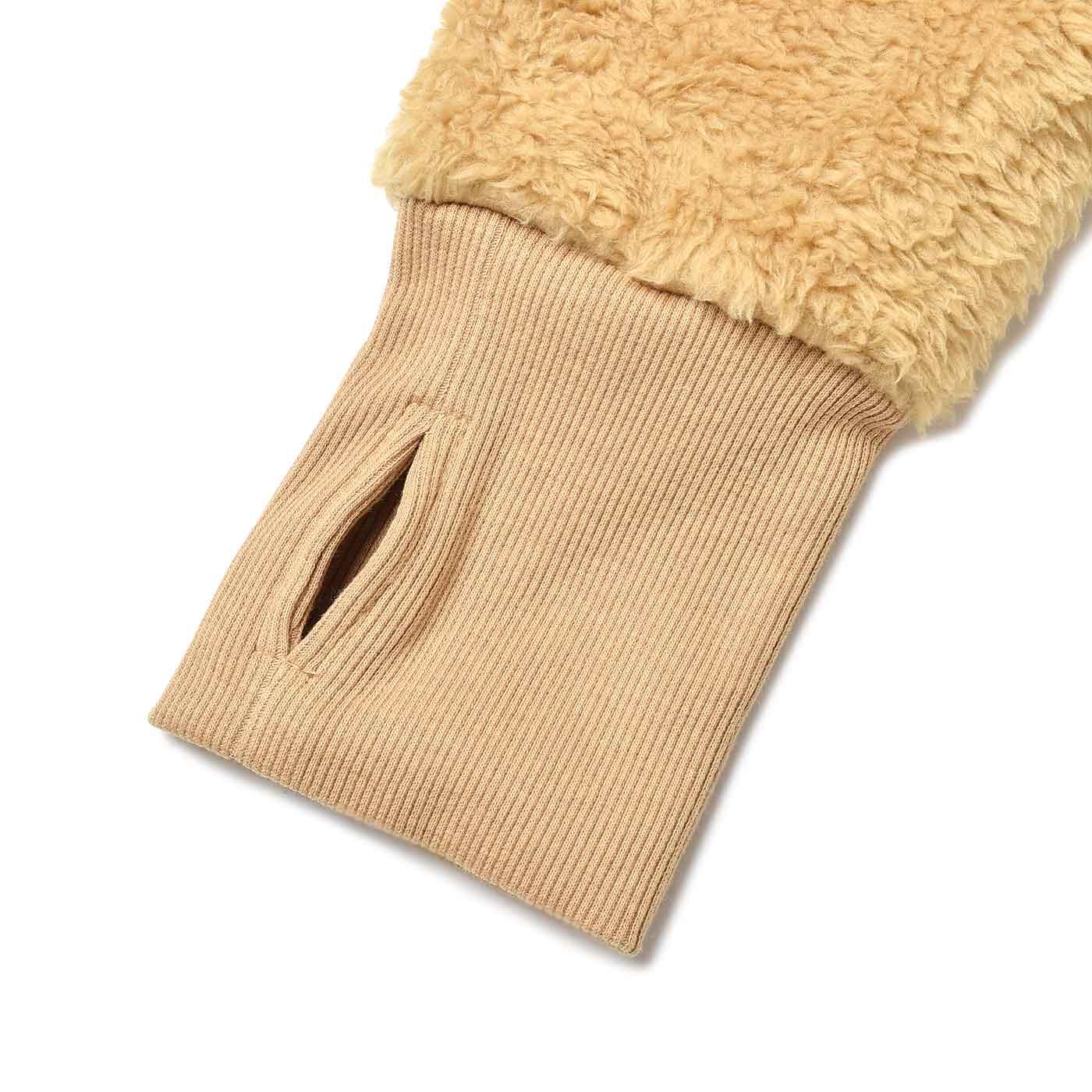 サムホール付きの袖で甲まであたたか。リブを内側に折り込めばすき間風対策にも。