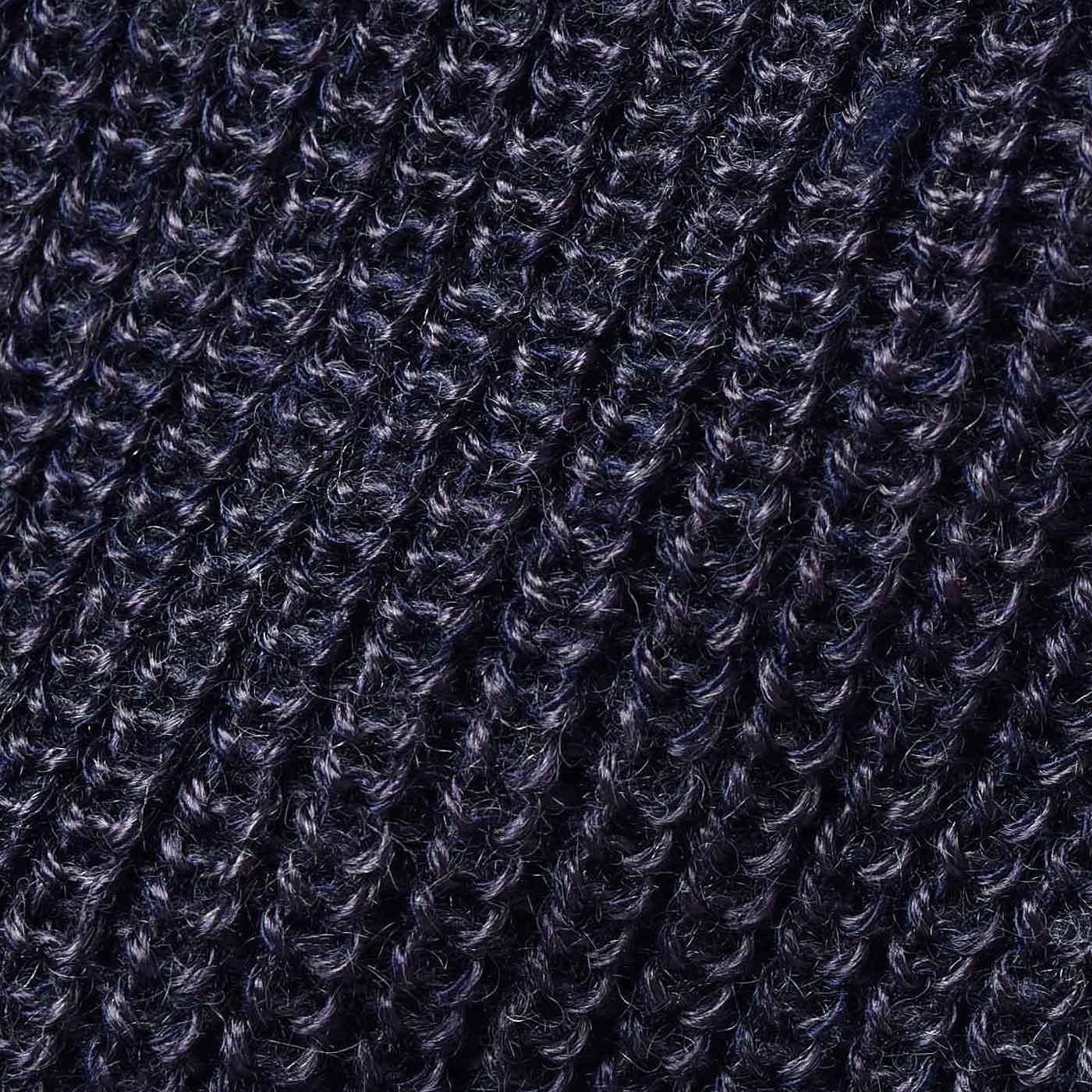 表面にニュアンスがある片あぜ編み。編み目の縦ラインで細見え効果も。
