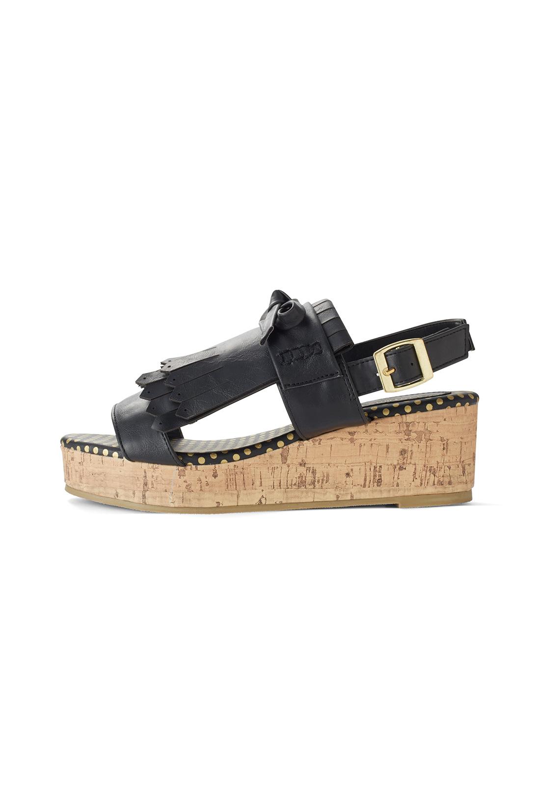 ウェッジソールは、前後の高低差が少ない仕様。スラリ脚長に見えて、安定感もあり歩きやすい。(前の高さ:約2.3cm・ヒールの高さ:約5.3~5.5cm)※お届けするカラーとは異なります。