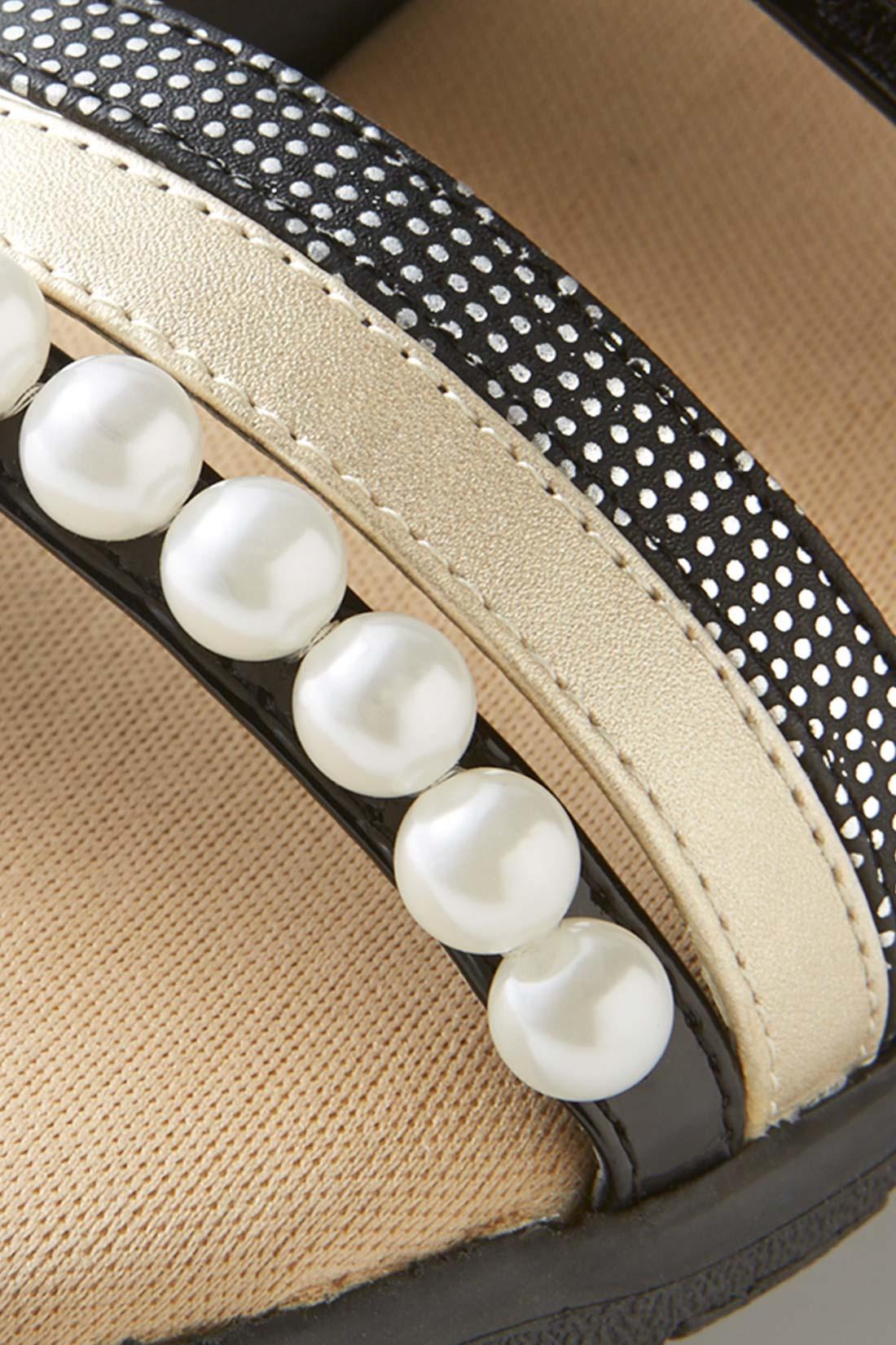 きれいめなエナメル調素材をベースに、パール調モチーフ、シルバードットプリント、シャイニーカラーの合皮など、上品なキラッと要素をミックスして、足もとから華やぎを底上げ。