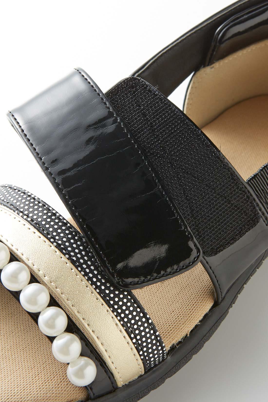 さっと脱ぎ履きできる面ファスナー仕様でノンストレス。甲高・幅広さんにもおすすめ。