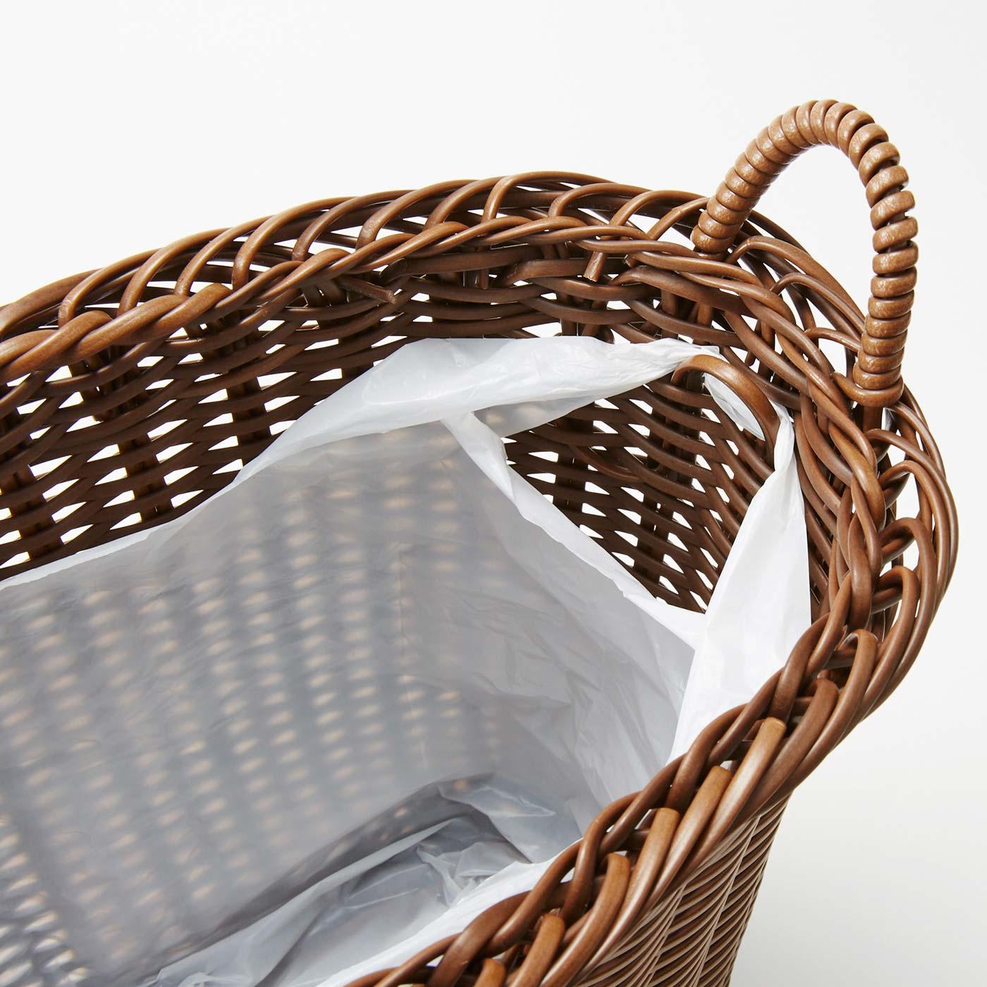 内側にはゴミ袋を引っ掛けられるフック付き。