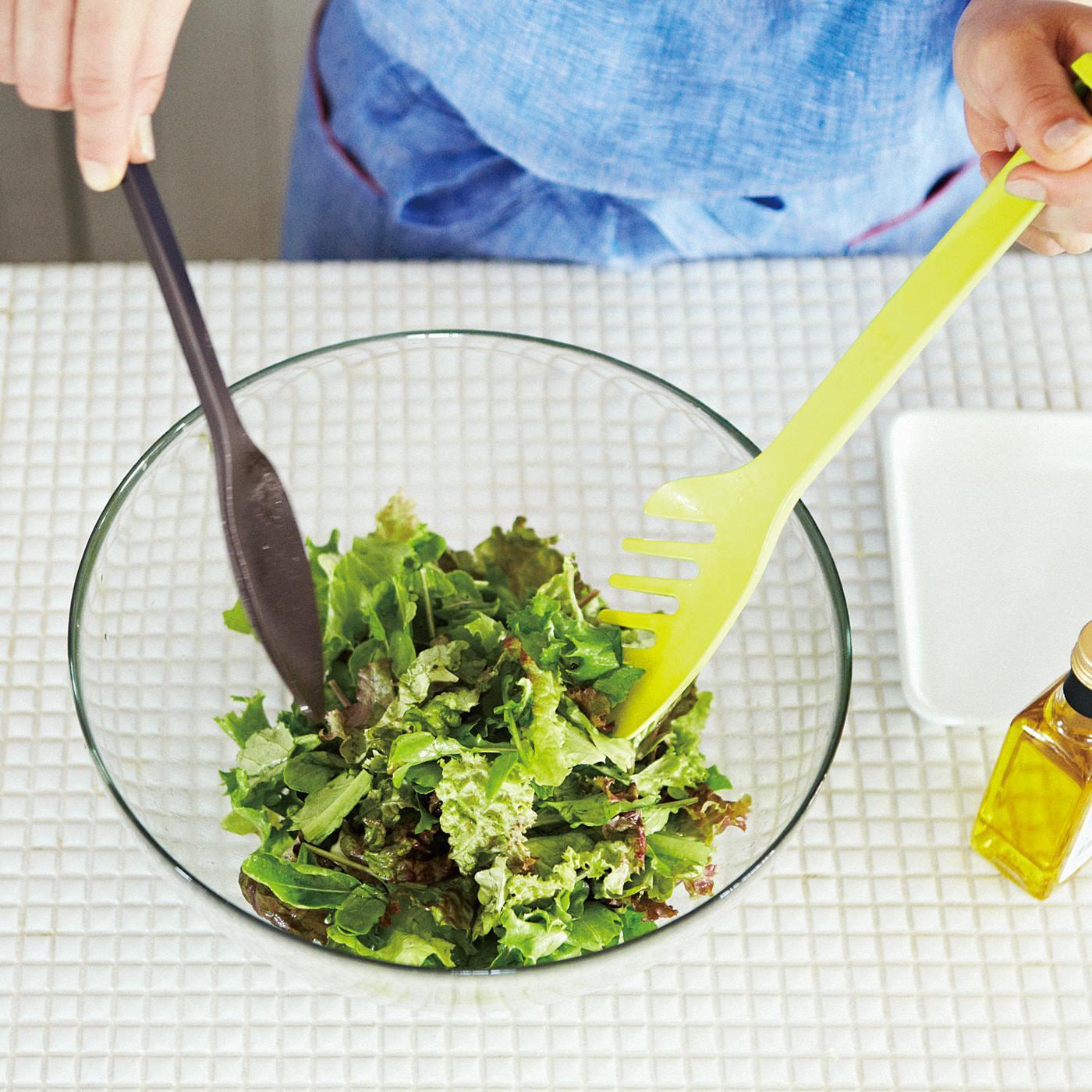 サラダとドレッシングを混ぜたり、サーブしたりと大活躍。