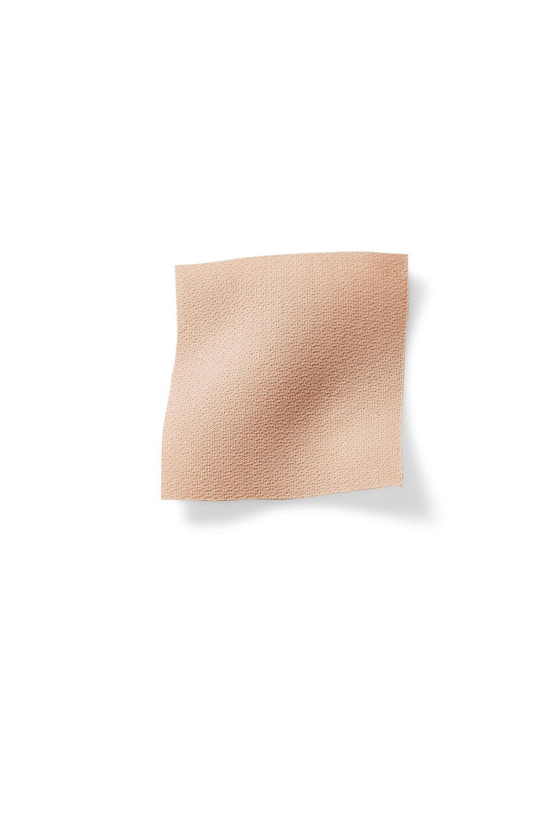 トレンドのダブルクロス素材はほどよい厚みと落ち感が上品な印象。透けにくく、しわになりにくいのも◎