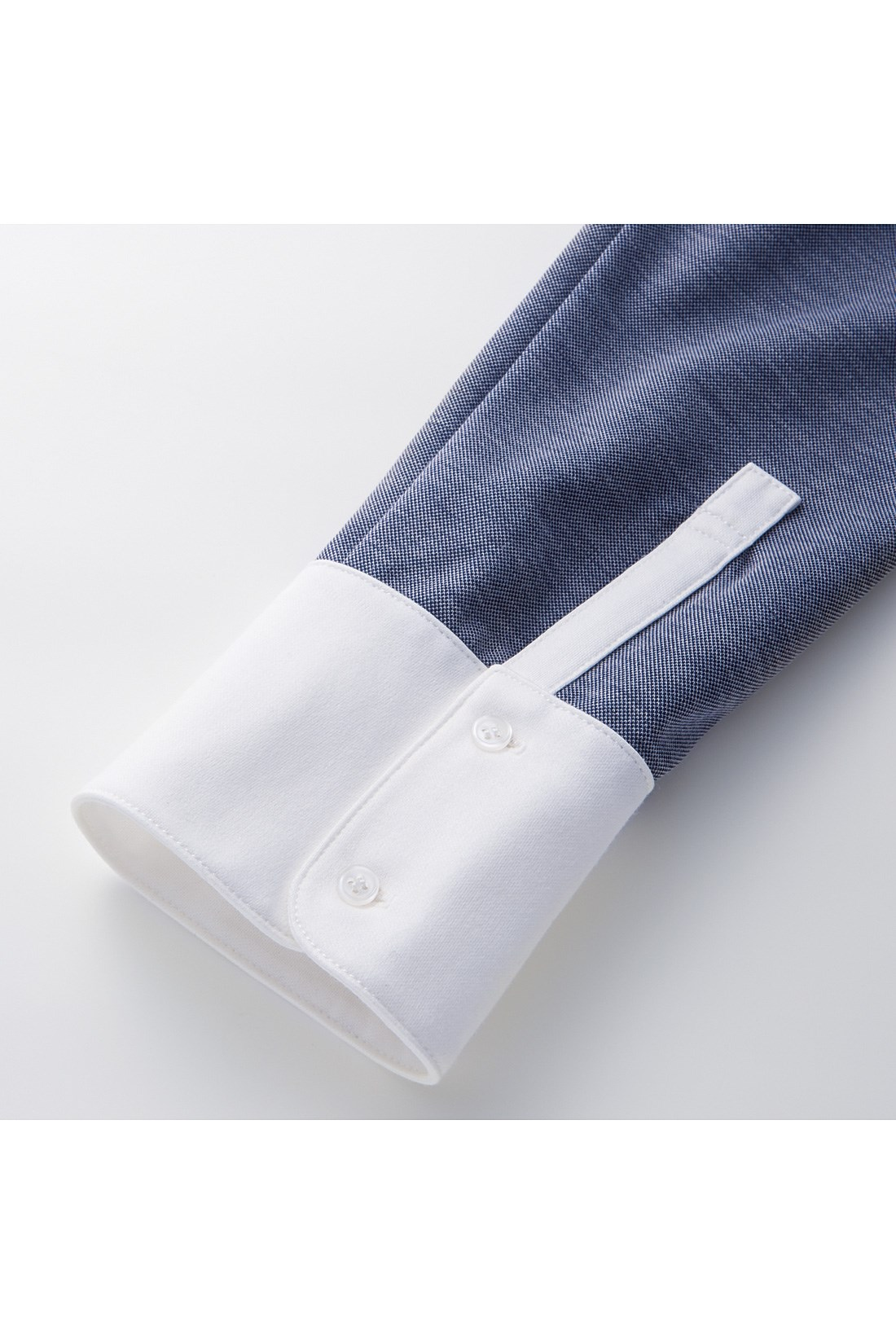 カフス部分はホワイトにして、袖口はバイカラーに。