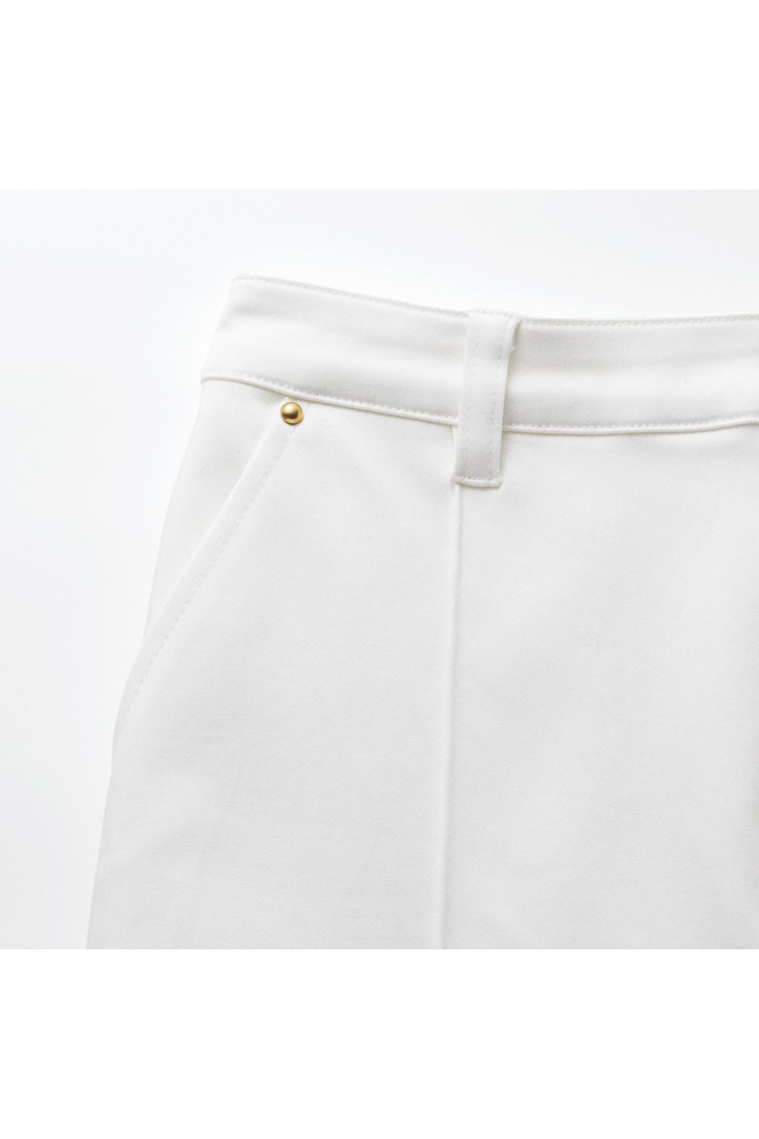 ポケットのまわりのリベットが、ウエストインした時のポイントに。センターピンタックでいつでもきちんとをキープ。 ※お届けするカラーとは異なります。