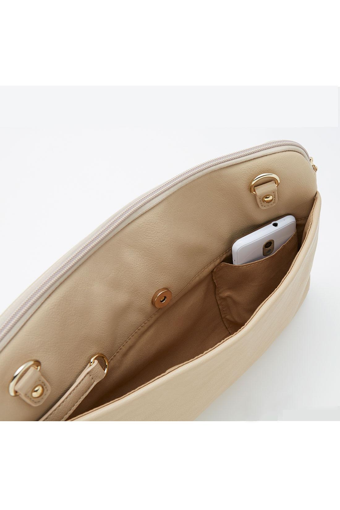 スマートフォンが入るポケットを外側に。一番取り出す頻度が多いから、取り出しやすい位置にこだわりました。