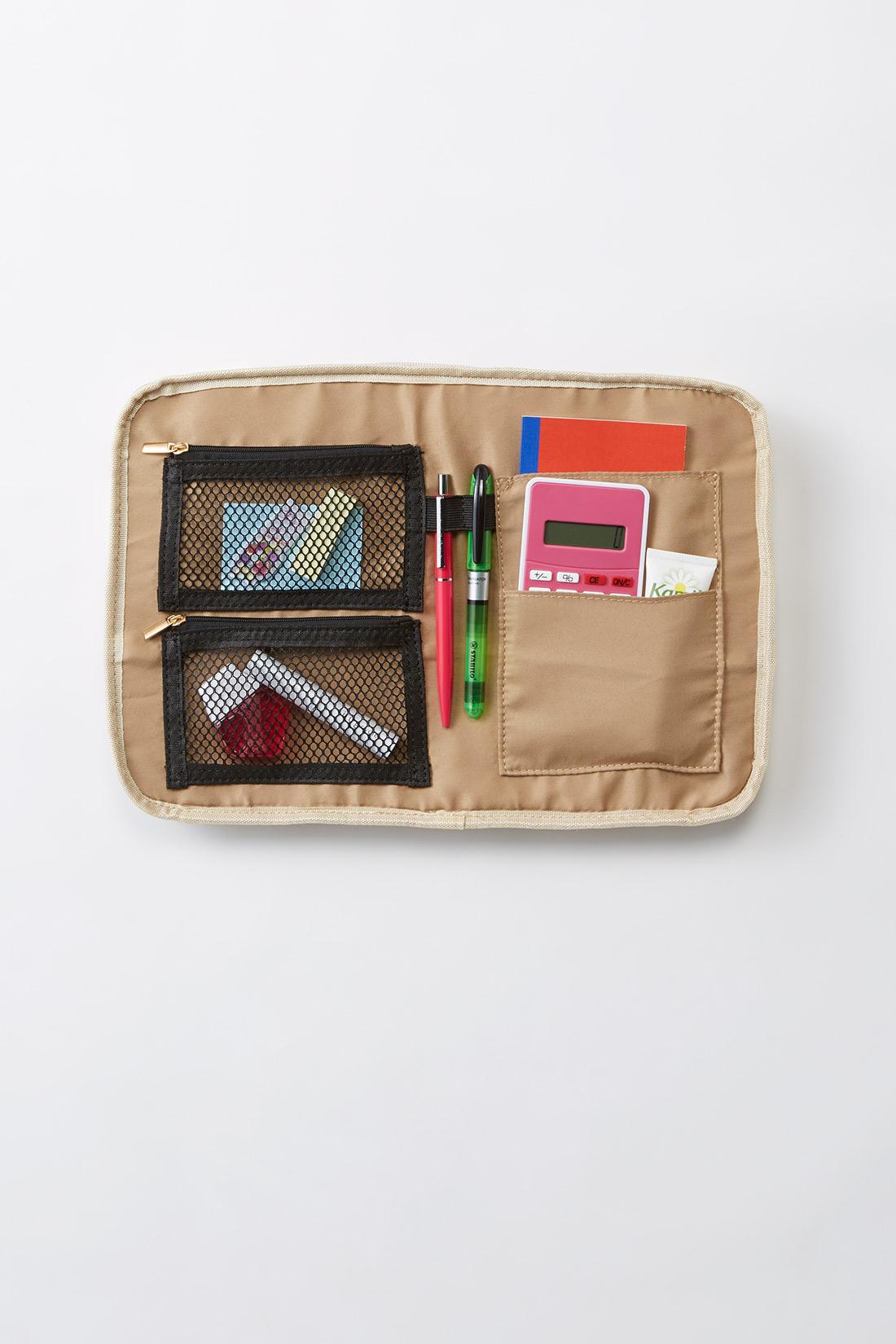 メッシュポケット二つ、手帳などが入るポケット一つ、電卓などが入る小さめポケットが一つ。真ん中にはペンをさせる指定席も。 ※裏返して撮影しています。お届けするカラーとは異なります。