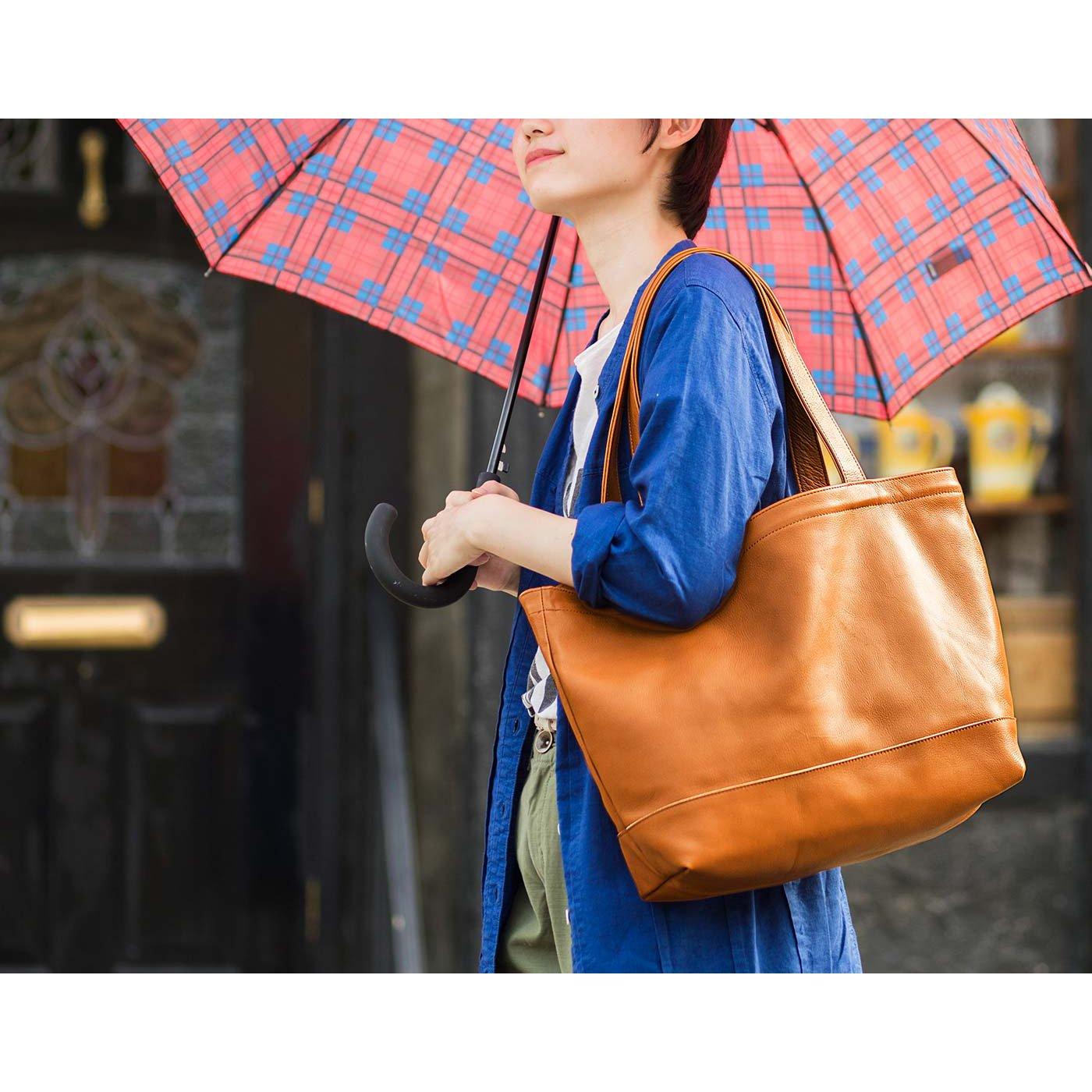 雨の日も一緒に 撥水(はっすい)加工レザーのデイリートートバッグ〈アンバーブラウン〉[本革 バッグ:日本製]
