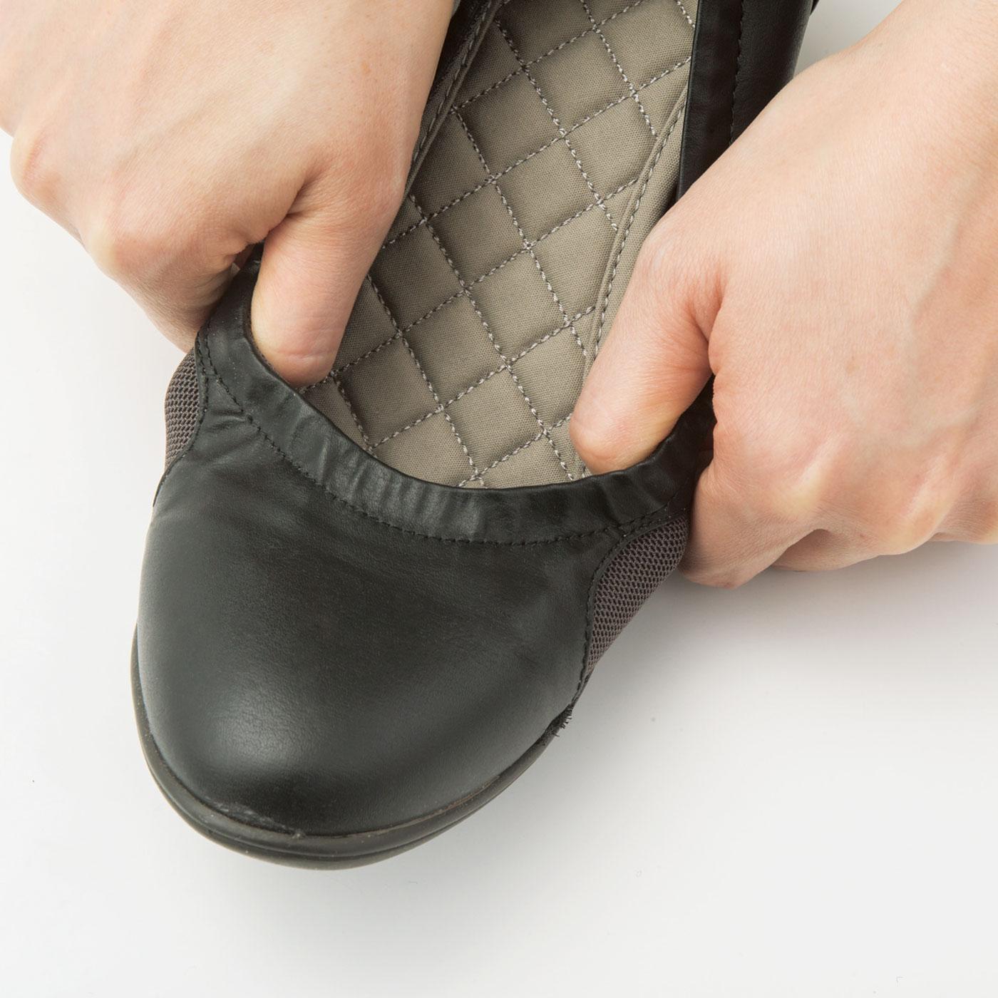 リボン内側の履き口はゴム仕様。両サイドは親指と小指の付け根を圧迫しにくいストレッチ素材。