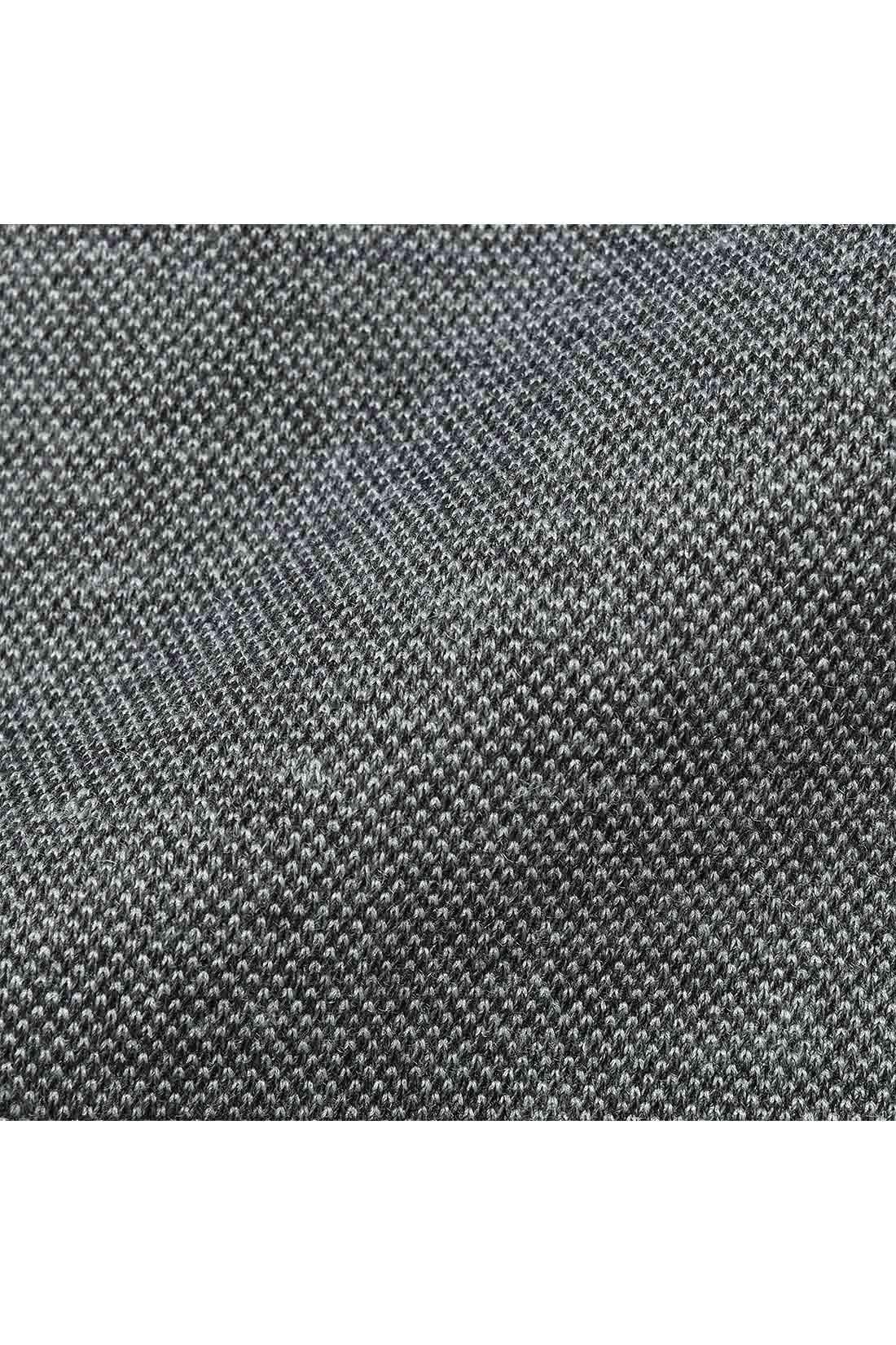 表面に織り感のあるシャツ生地のようなカットソー 伸びやかでふっくらとした質感ながら、オックスフォードシャツのように見える表面感できちんと見えとらくちんさを両立。