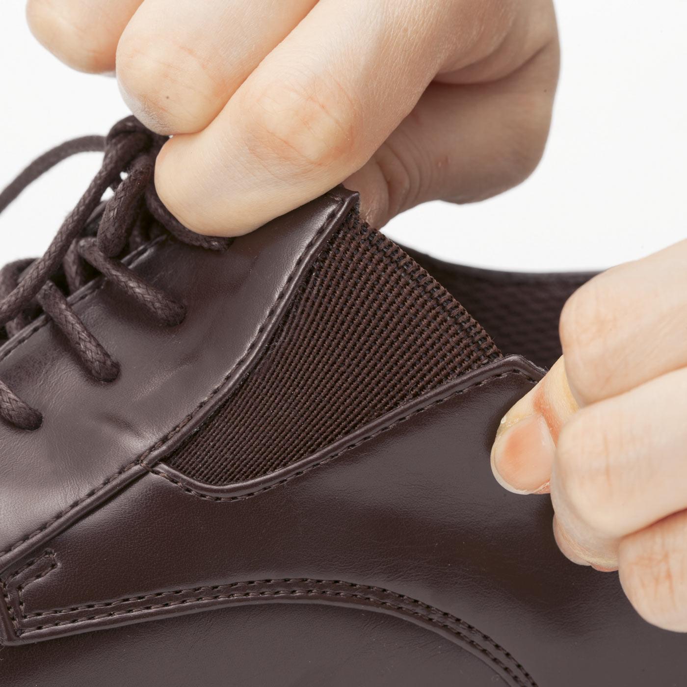 甲の両サイドにゴムを使用したサイドゴアで靴ひも結び不要。