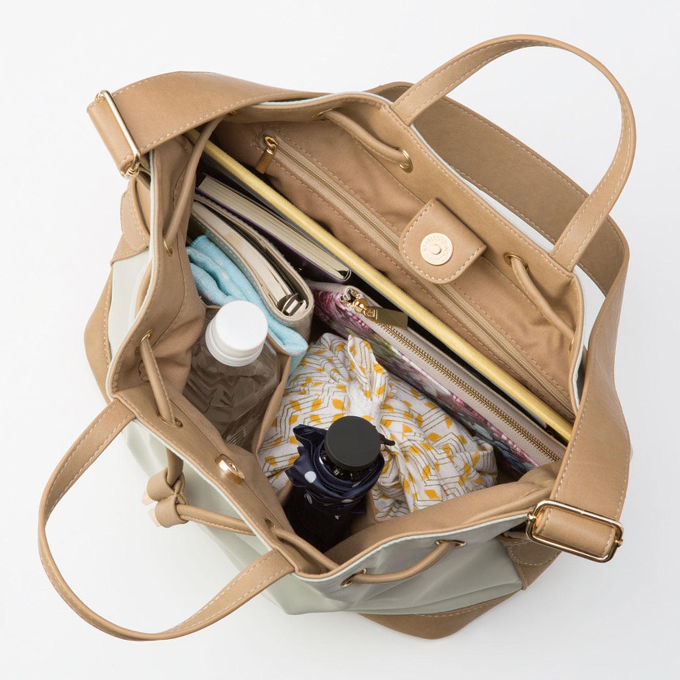 ペットボトルや水筒、折りたたみ傘を安定して入れられる大きめポケットふたつとファスナーポケット付き。