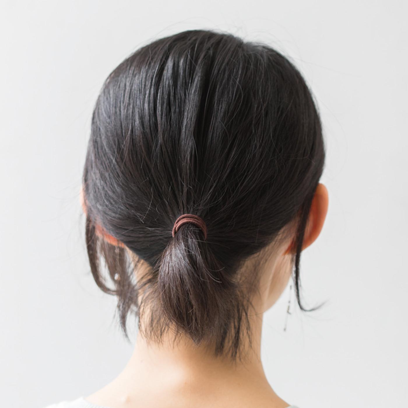 【ゴムだと……】後れ毛が目立つうえにちょこんと出た毛先もイマイチ……。