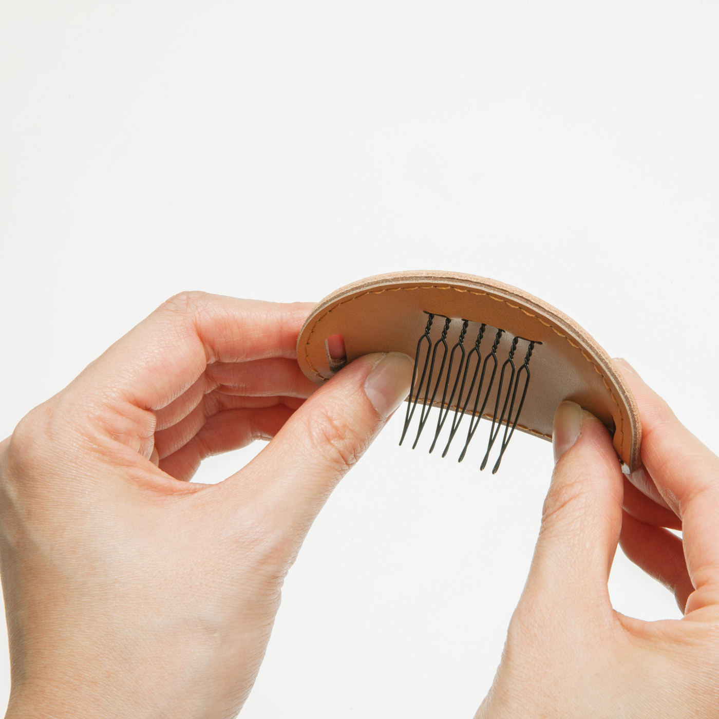 中にアルミ板が入っているので、髪のボリュームに合わせて自由に角度が変えられます。