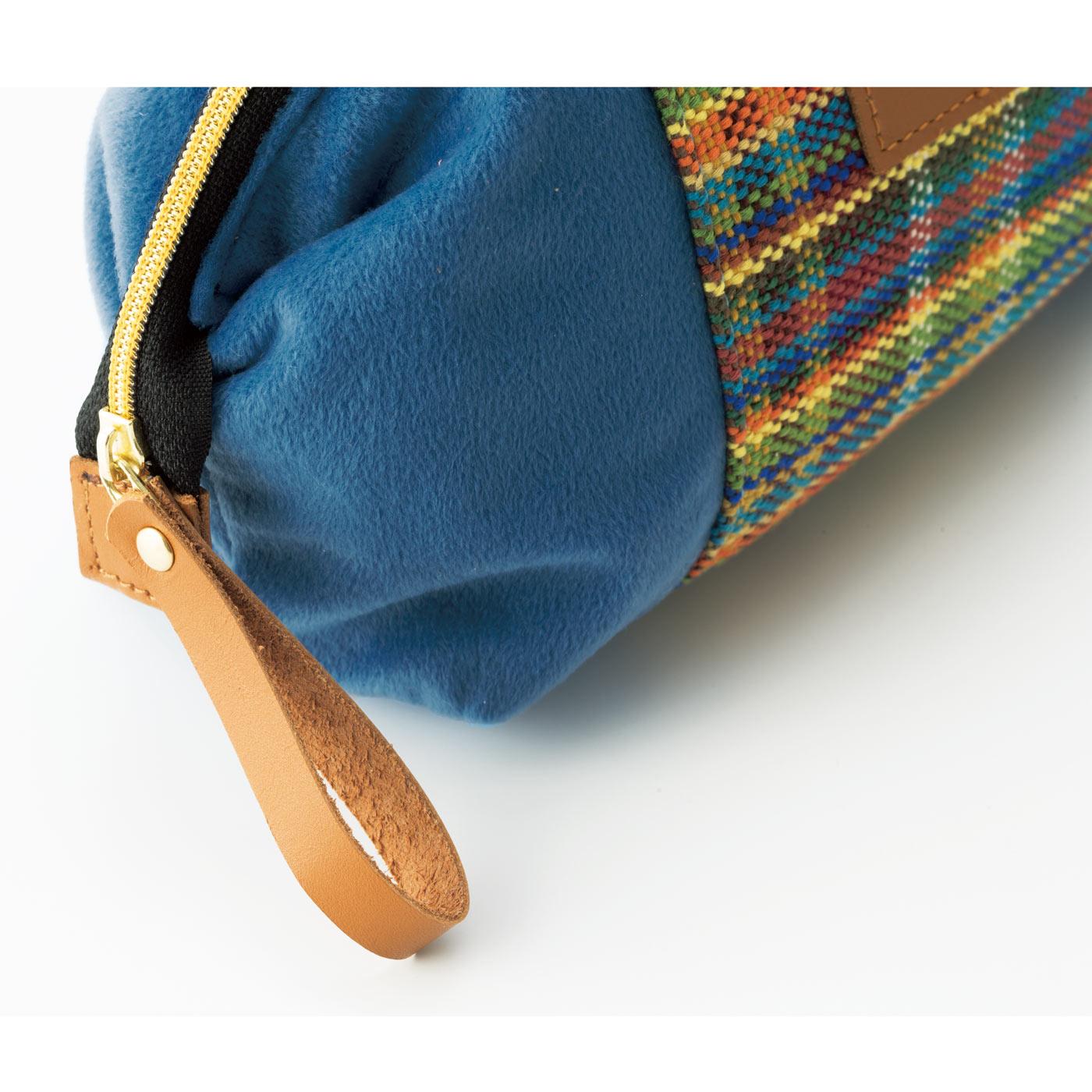 本革のファスナー引き手やラベルで贅沢な仕上がりに。