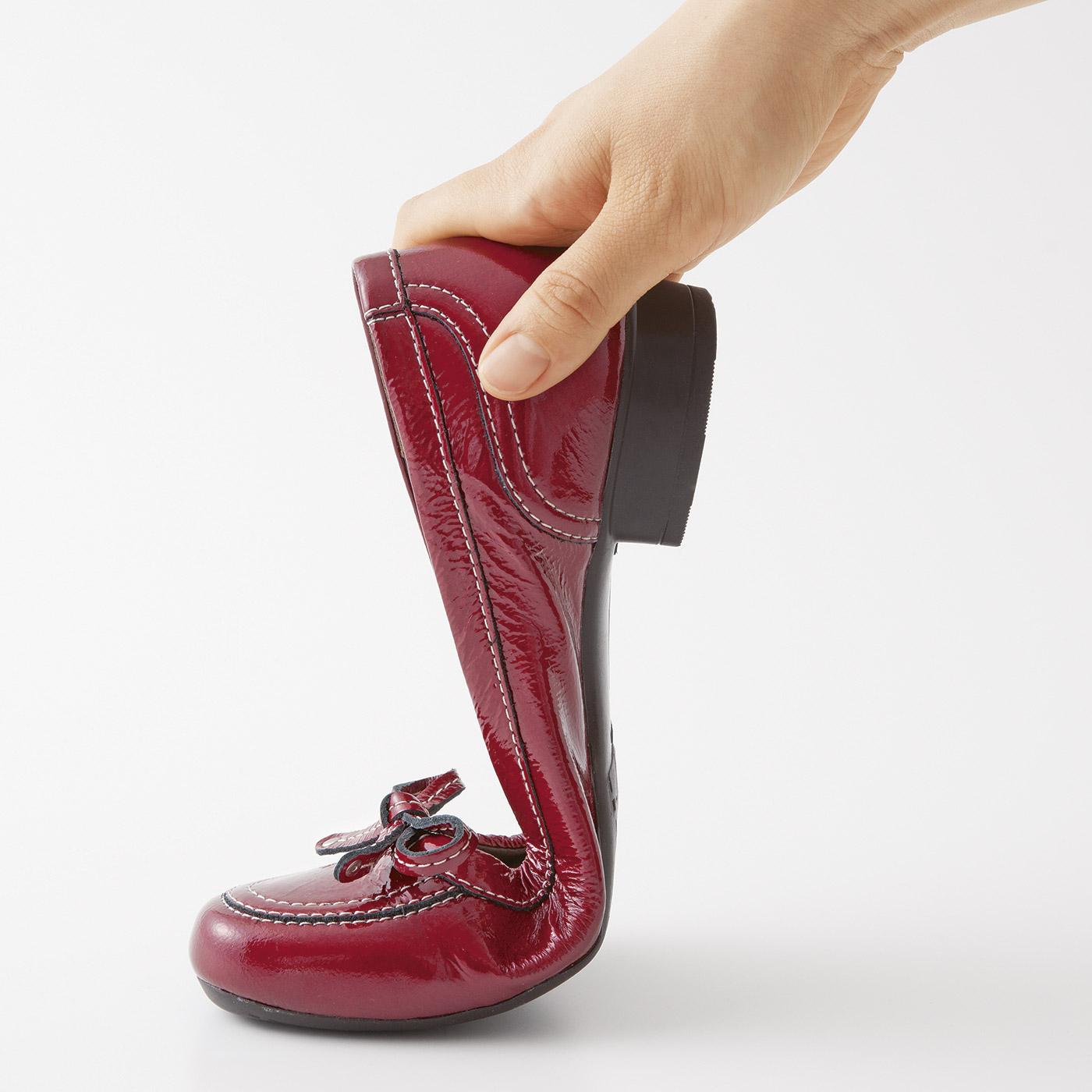 どんどん歩ける秘密は、歩行にあわせてぐにっと曲がる屈曲底。つま先のあがった蹴り出しやすい底形状で、歩行をサポートします。