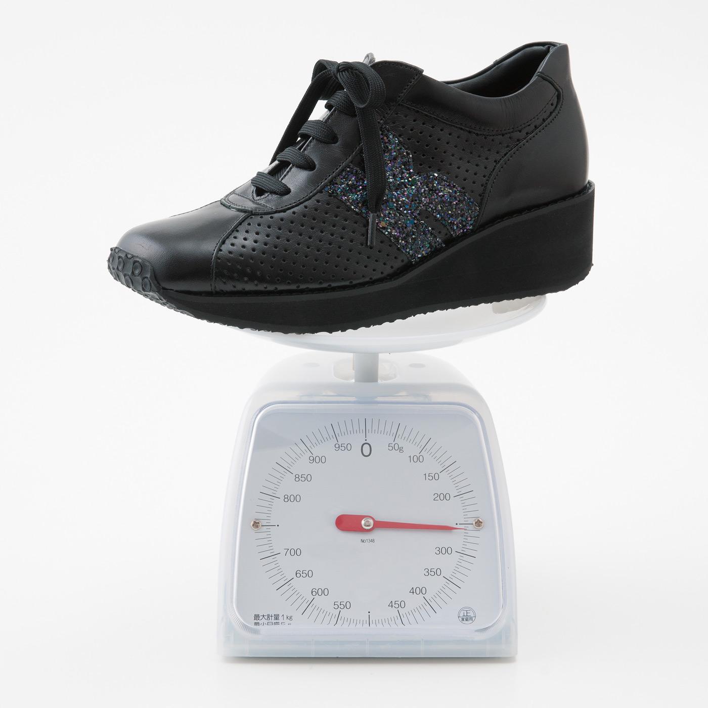 ブーティー感覚でも履ける5cmウェッジソール&オールレザー仕上げなのに一足(両足)約520g。安定感のある履き心地です。デイリーにも、たくさん歩く日のショッピングや旅行にも。