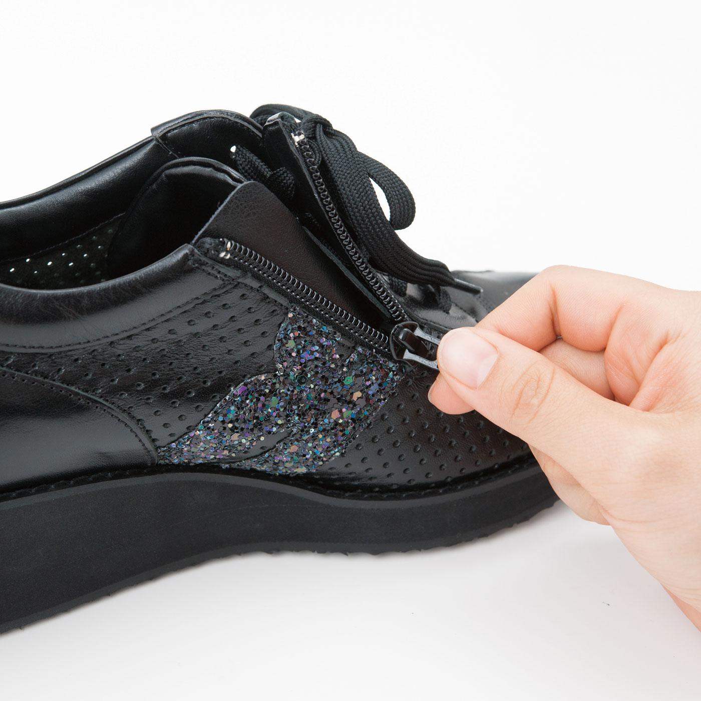 目立ちにくい内側ファスナー仕様で、脱ぎ履きスムーズ。履き口はソフトな仕上げで足当たりも◎。