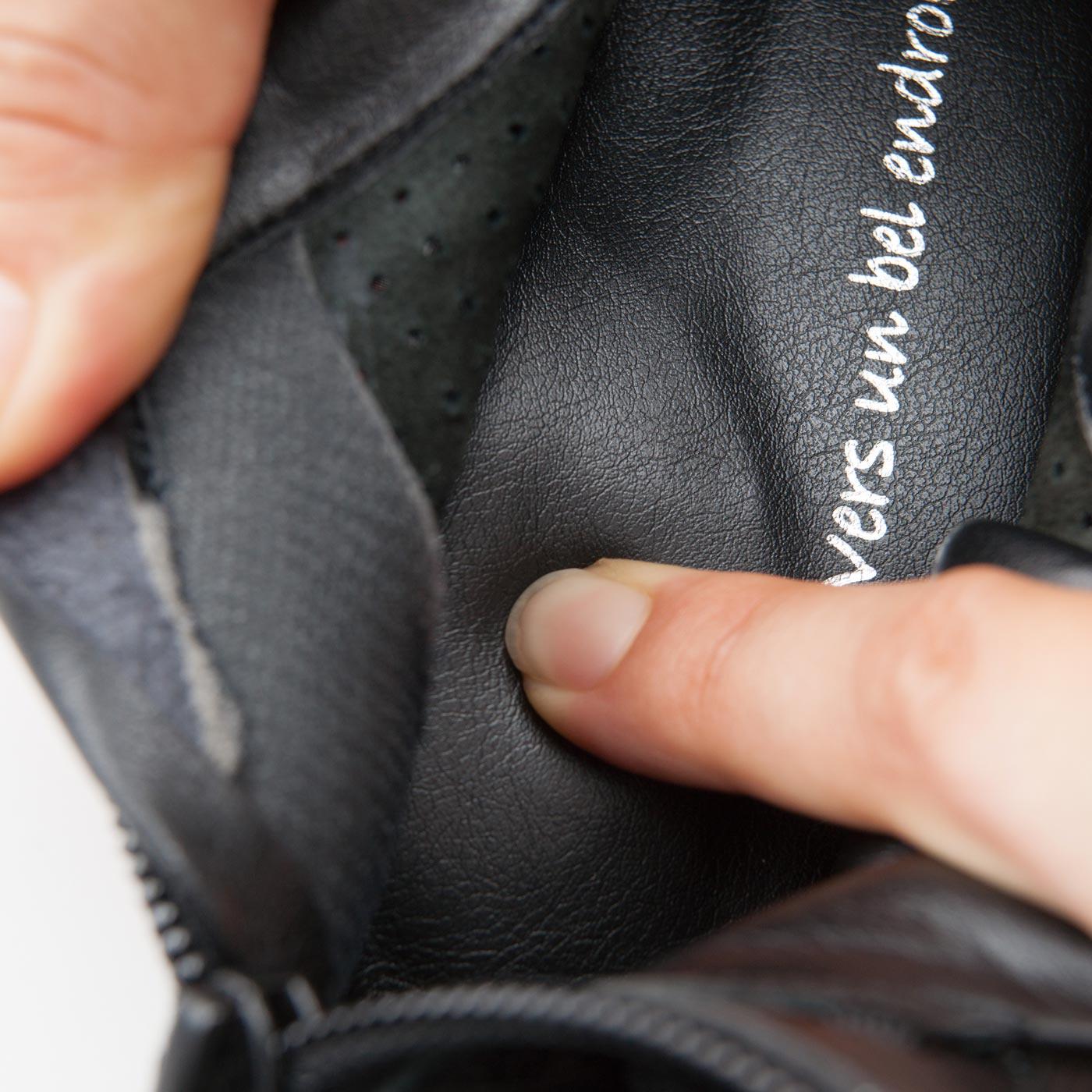中敷きかかと部分には、たまご型の低反発素材を内蔵。アーチクッションが土踏まずをサポートして歩きやすい。