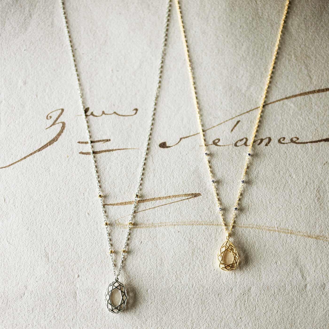 ホワイトゴールドの輝き きらめくビジューモチーフのネックレス