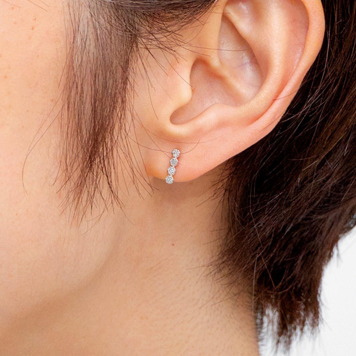 7粒の並ぶダイヤモンドがしあわせ運ぶイヤアクセサリー〈プラチナコーティング〉