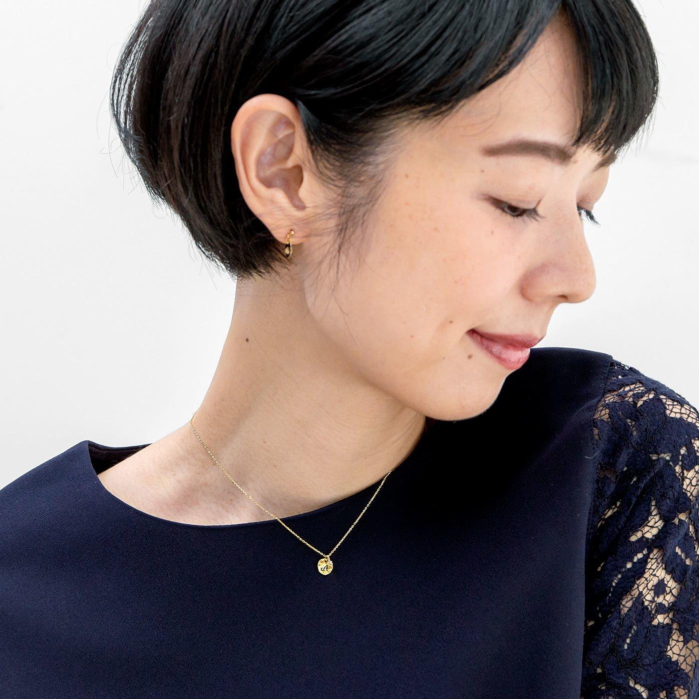 ダイヤモンドが寄り添う 小さなイニシャルプレートのネックレス