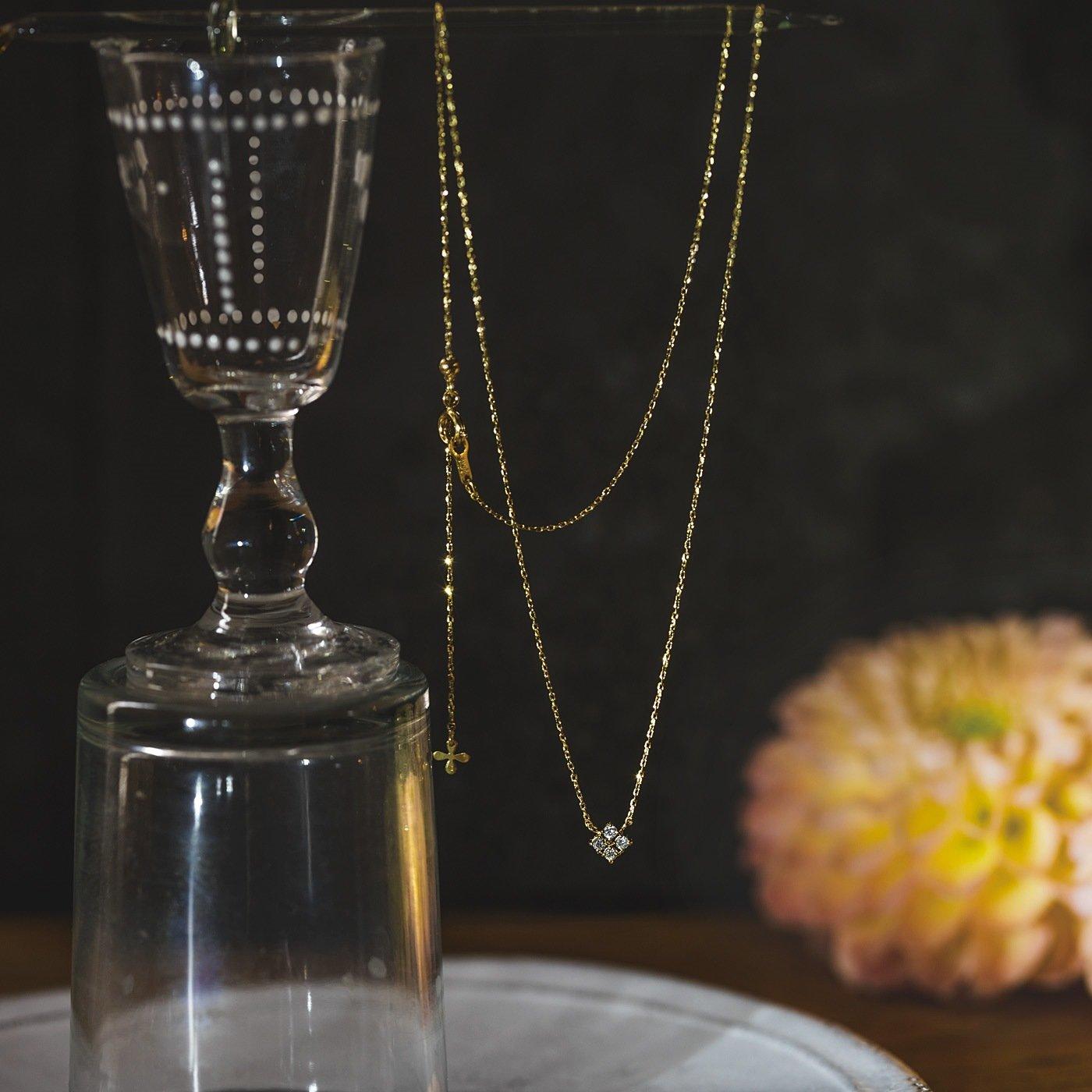 ダイヤモンドのきらめきを集めた 四つ葉のクローバーみたいなネックレス