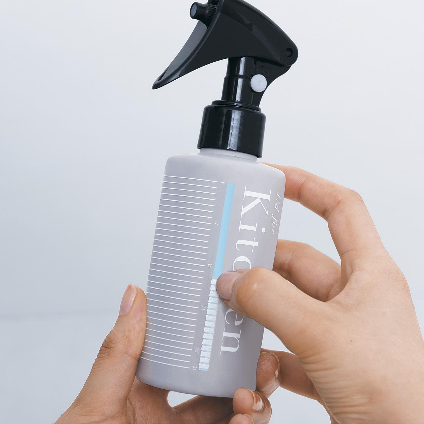掃除をするごとに、ボトルの目盛りをつめで削ると色が見える仕掛け。1ヵ月分の目盛りで、お掃除習慣のモチベーションを高めてくれます。