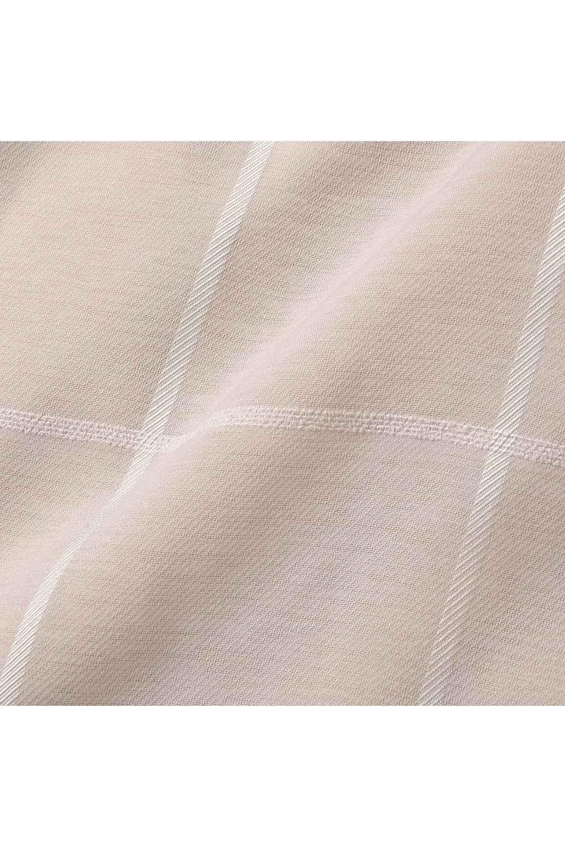 〈ワンピース〉ウインドウペンチェックの織り柄と、ほのかな透け感が上品で軽やか。