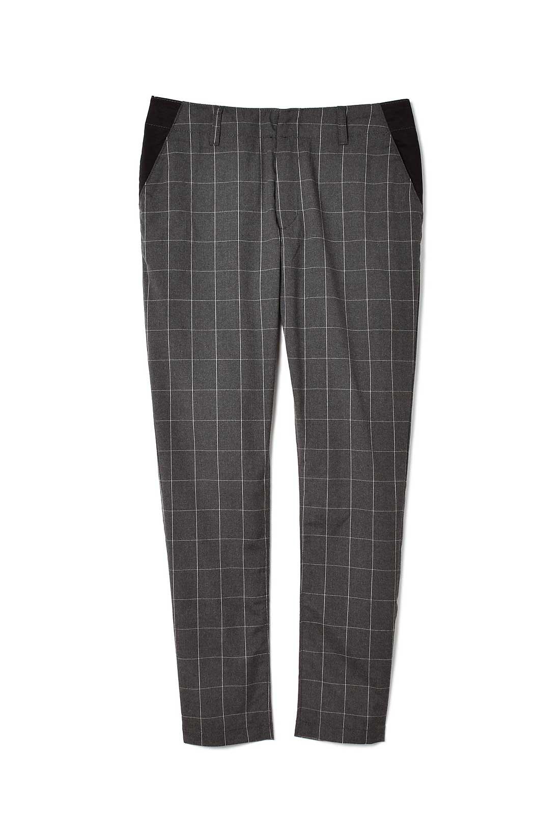 フロントのみポケット部分に黒の別布を使い、ウエストから腰まわりをすっきり見せするデザイン。