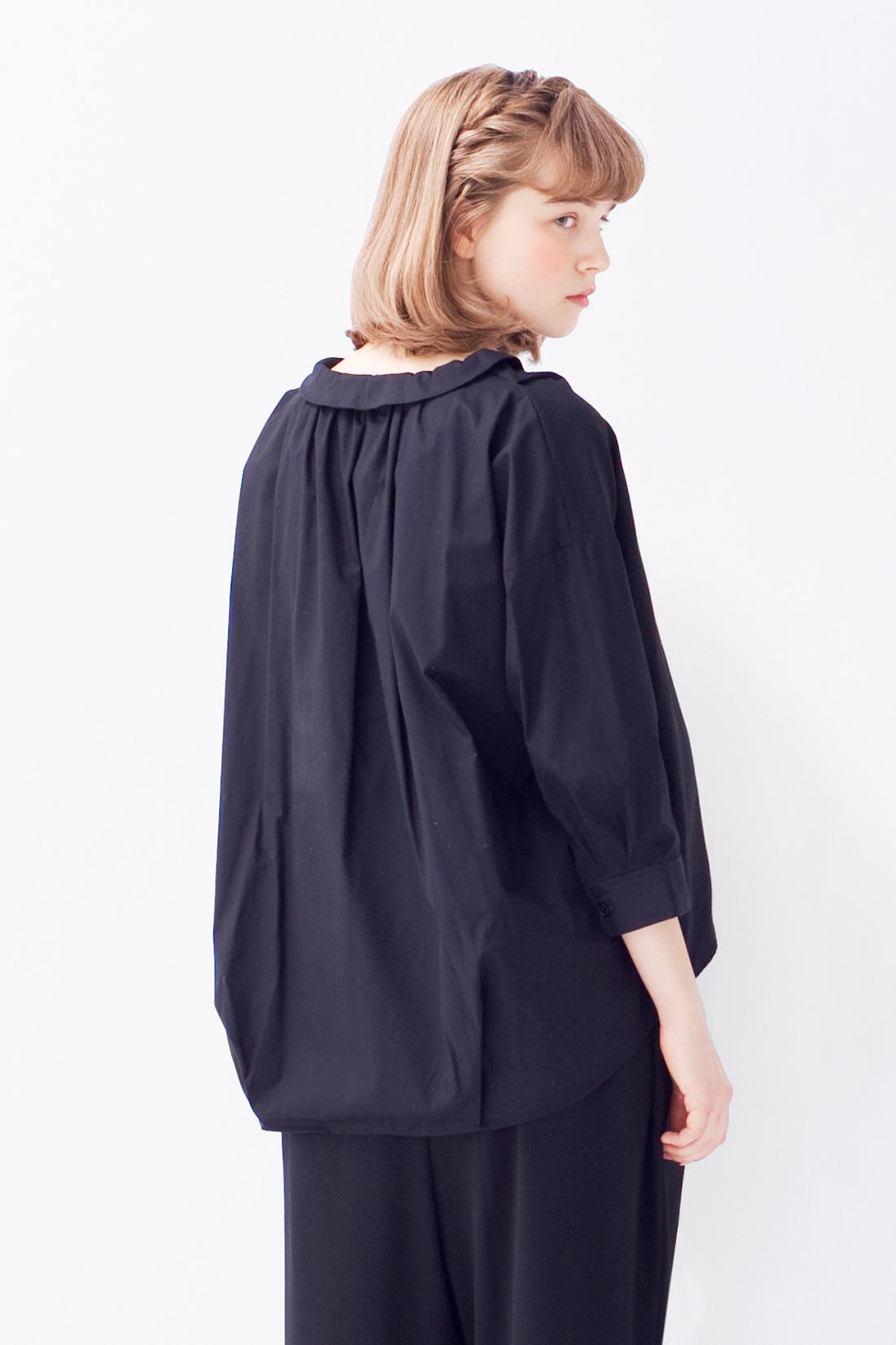 [衿の形がポイント。]後ろに下がり気味の、衿の形がリラックスムード。